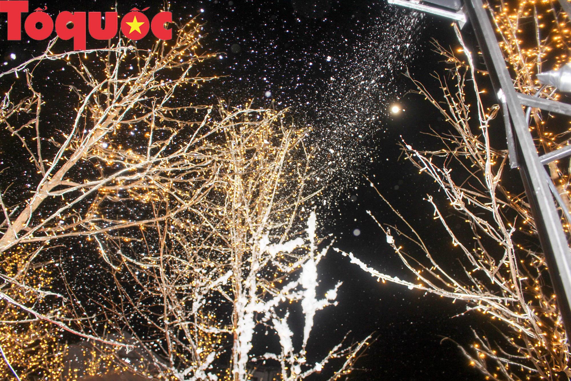 Người dân và du khách chen chân check in tuyết rơi giữa lòng TP Huế - Ảnh 3.