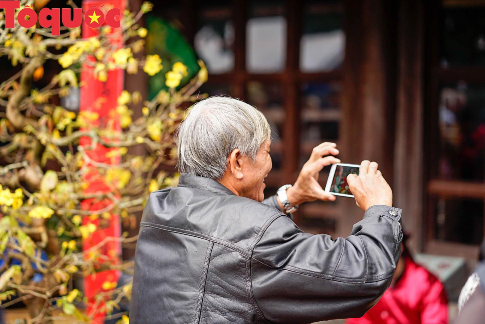 Du khách thích thú xem tái hiện không gian Tết xưa tại Hoàng cung Huế - Ảnh 9.
