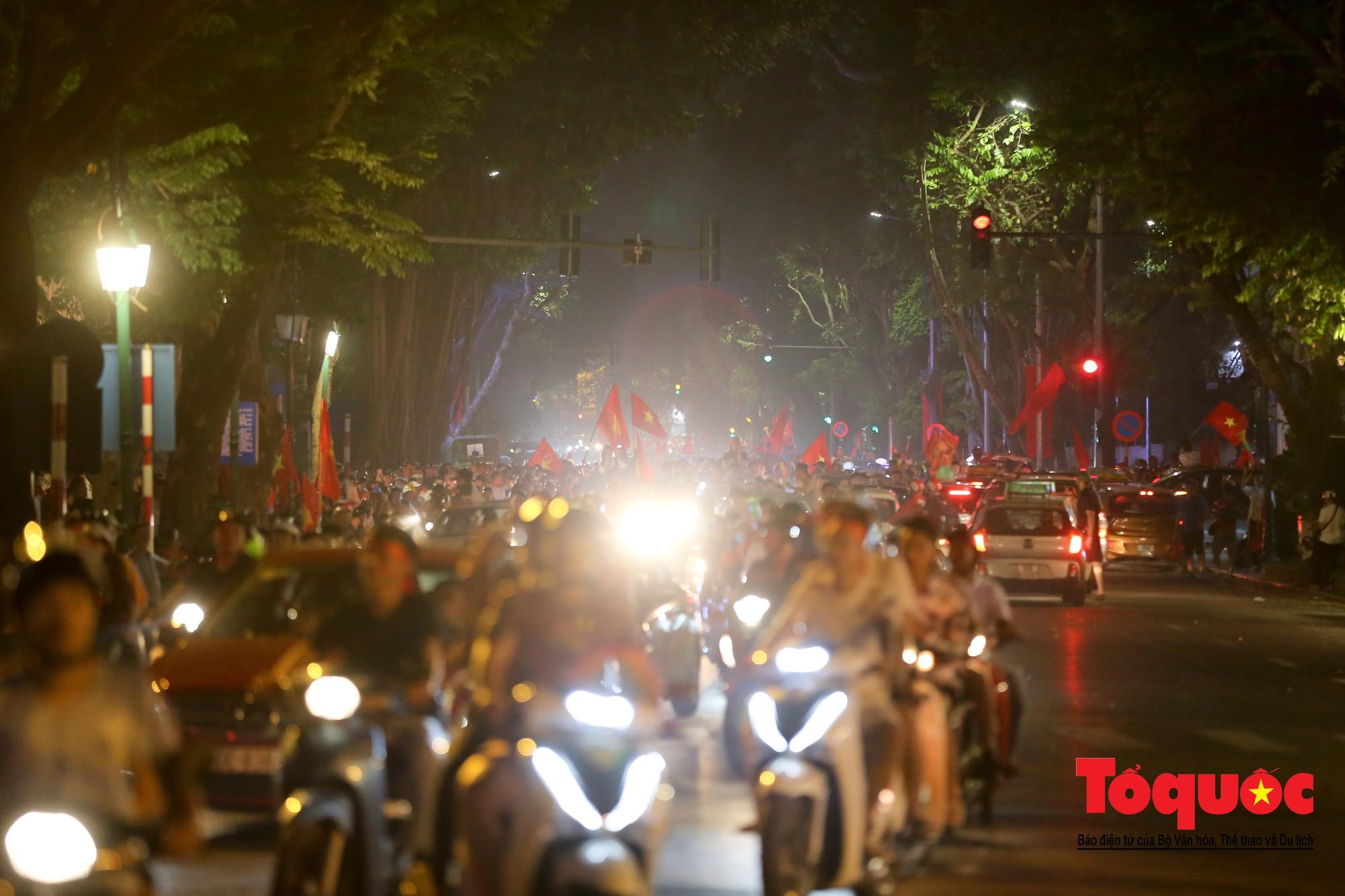 Hàng ngàn CĐV xuống đường mừng chiến thắng của đội tuyển Việt Nam12