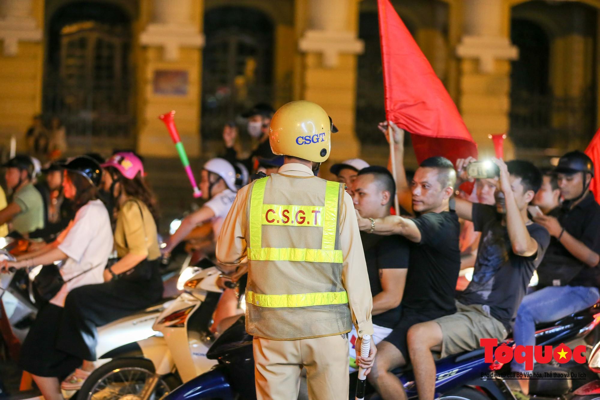 Hàng ngàn CĐV xuống đường mừng chiến thắng của đội tuyển Việt Nam13