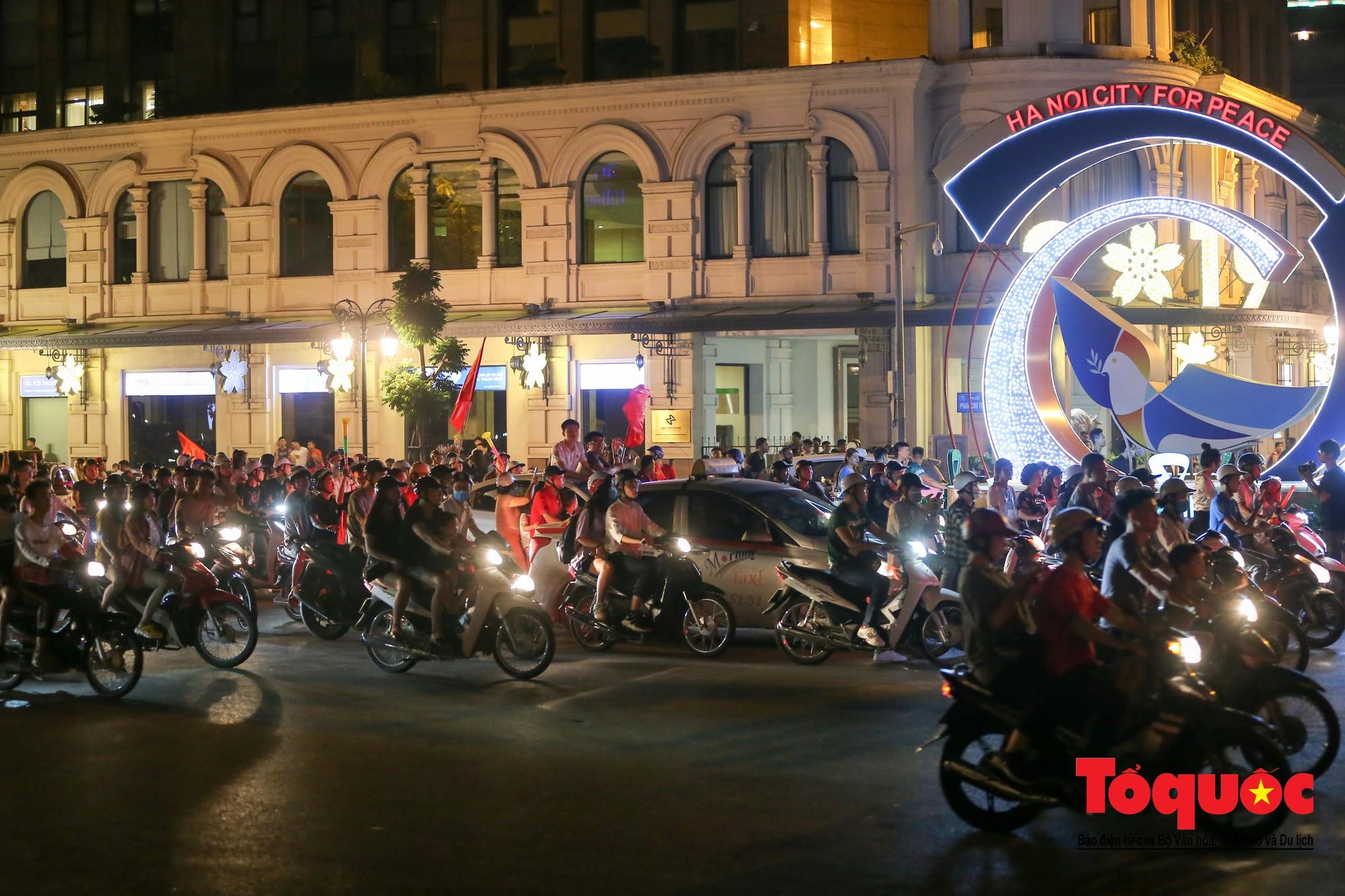 Hàng ngàn CĐV xuống đường mừng chiến thắng của đội tuyển Việt Nam14