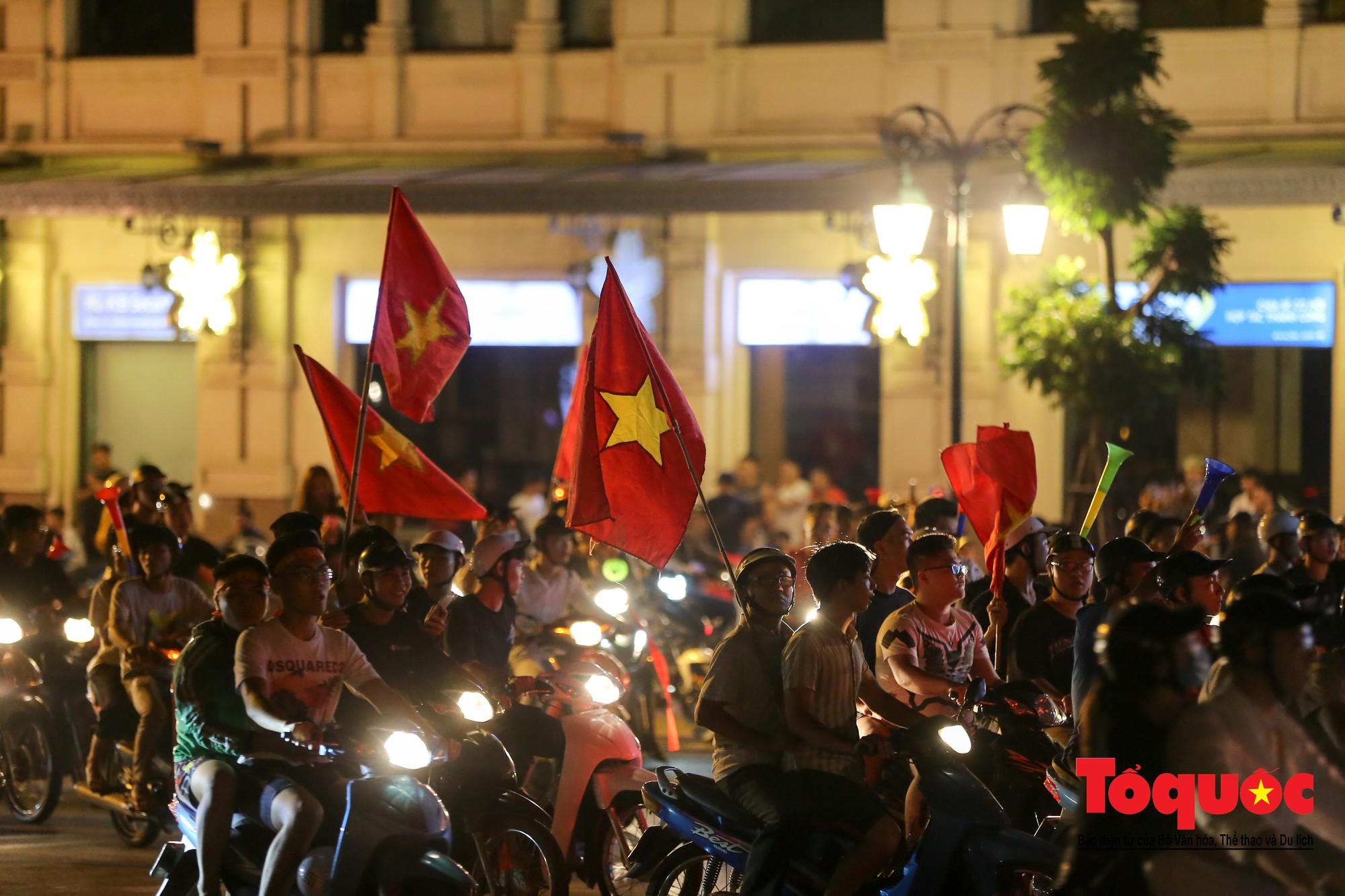 Hàng ngàn CĐV xuống đường mừng chiến thắng của đội tuyển Việt Nam15