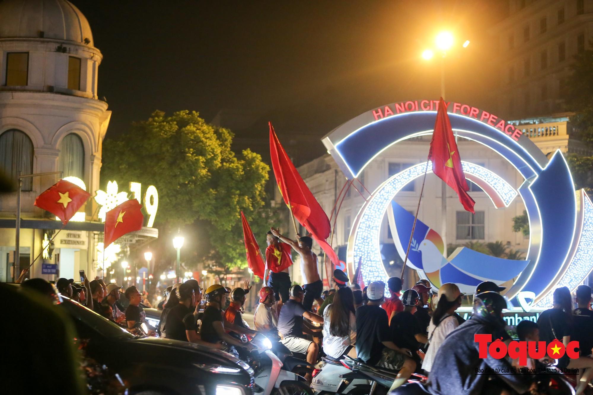 Hàng ngàn CĐV xuống đường mừng chiến thắng của đội tuyển Việt Nam16