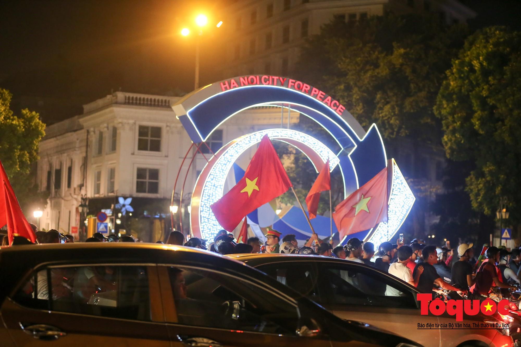 Hàng ngàn CĐV xuống đường mừng chiến thắng của đội tuyển Việt Nam17