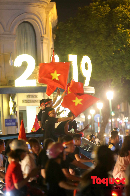 Hàng ngàn CĐV xuống đường mừng chiến thắng của đội tuyển Việt Nam18