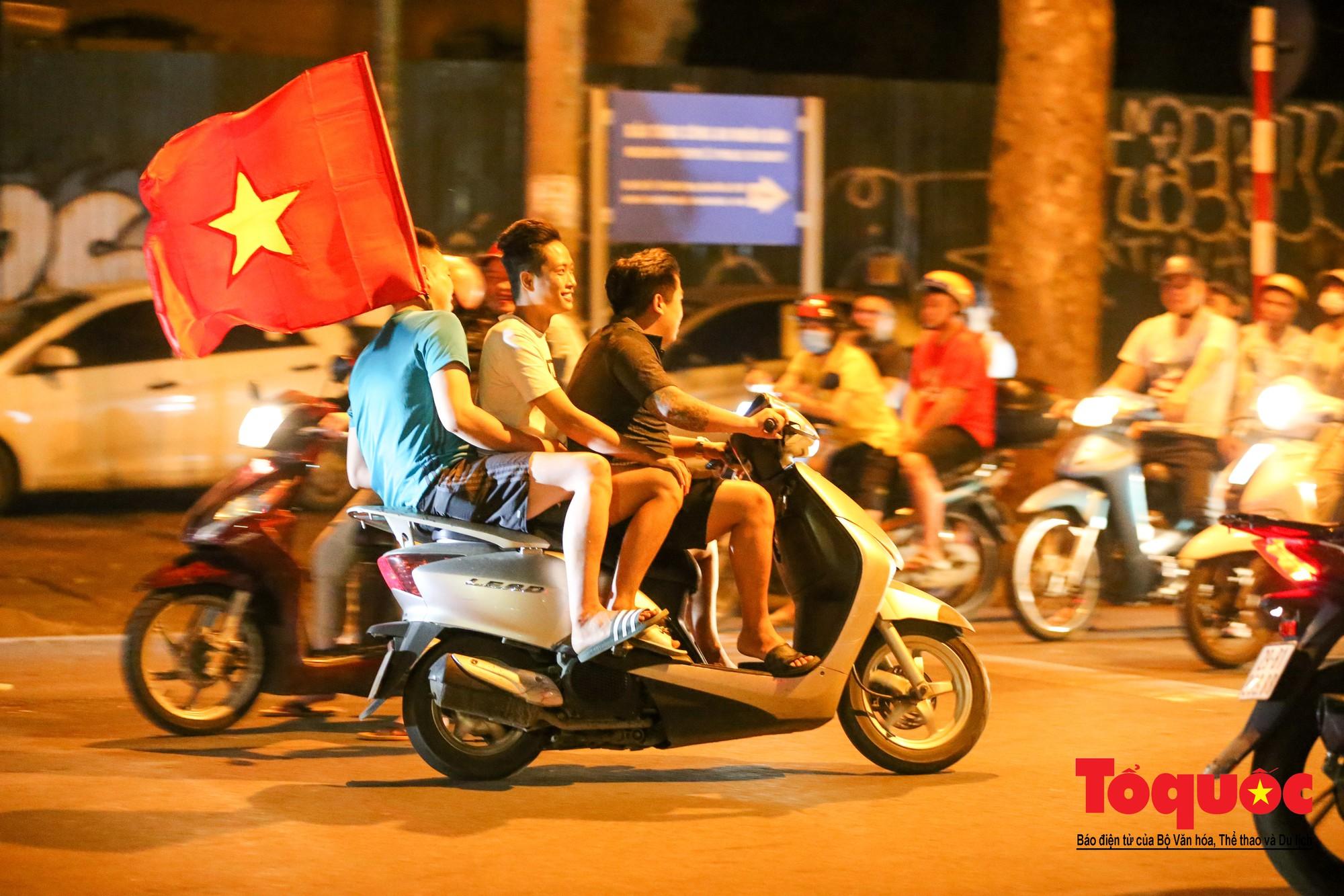 Hàng ngàn CĐV xuống đường mừng chiến thắng của đội tuyển Việt Nam2