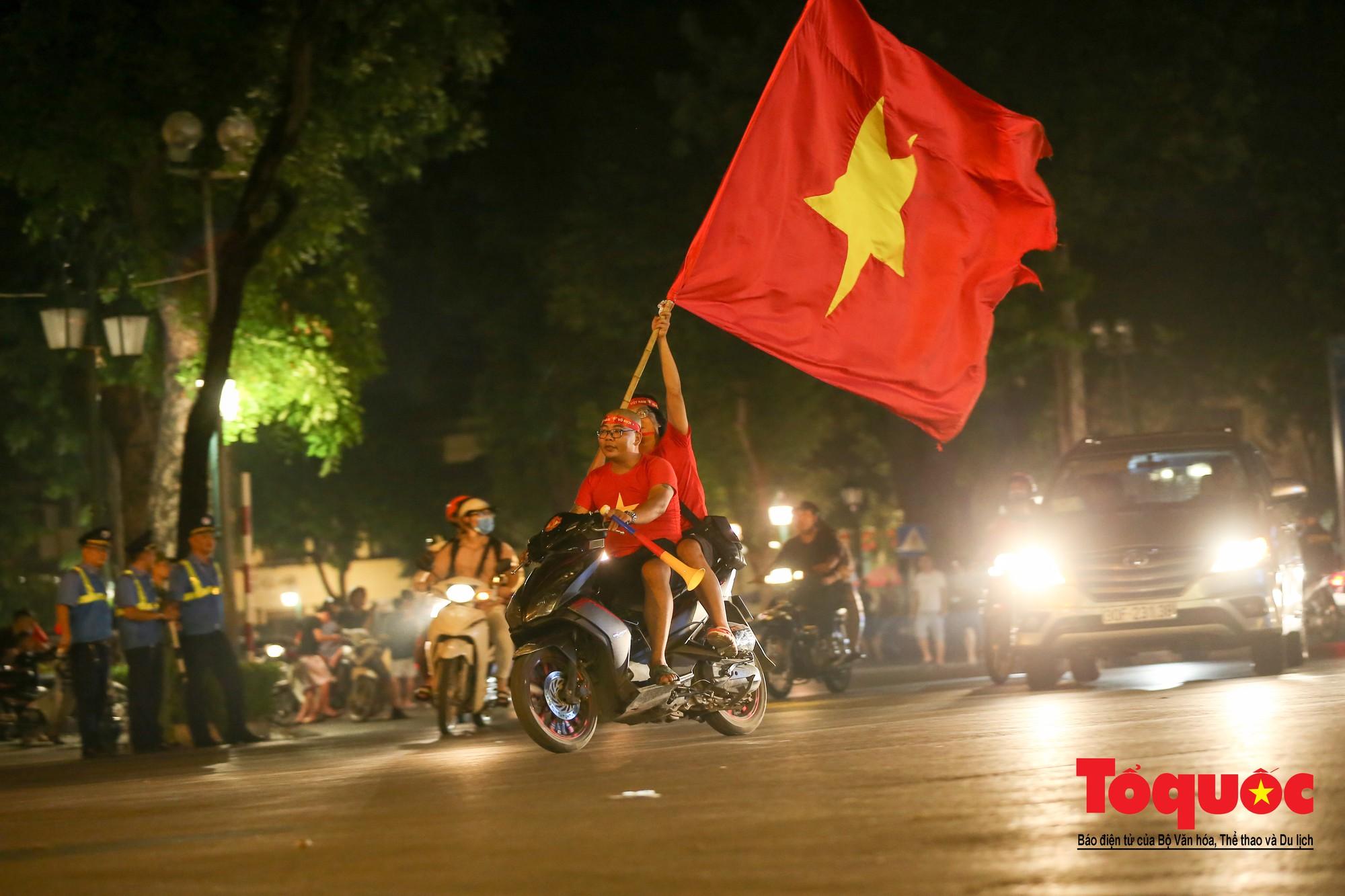 Hàng ngàn CĐV xuống đường mừng chiến thắng của đội tuyển Việt Nam3