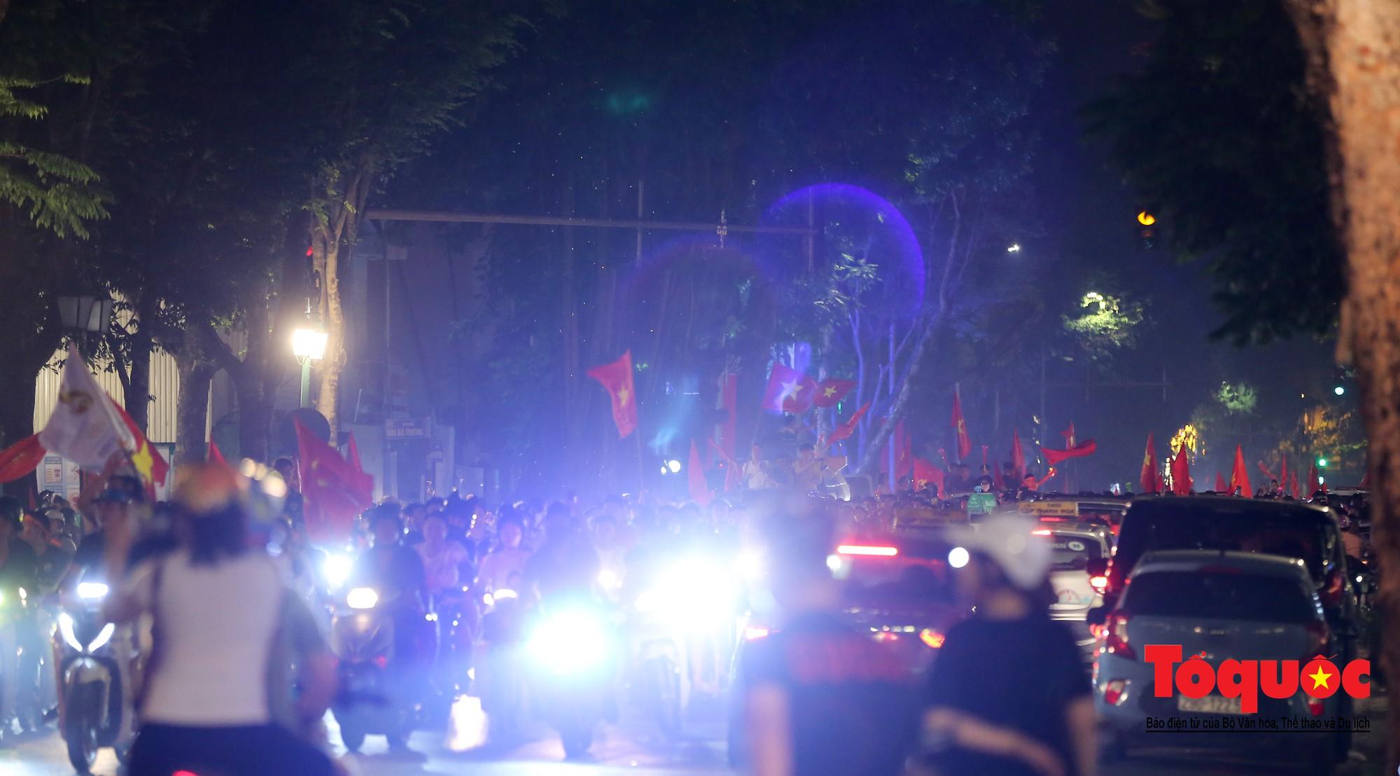 Hàng ngàn CĐV xuống đường mừng chiến thắng của đội tuyển Việt Nam4