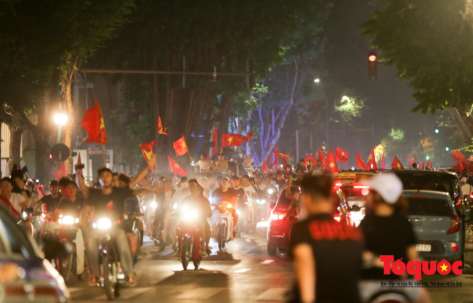 Hàng ngàn CĐV xuống đường mừng chiến thắng của đội tuyển Việt Nam5