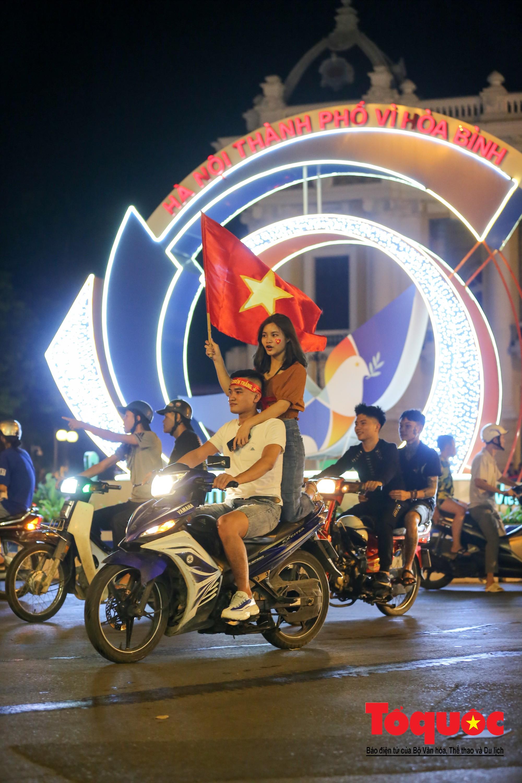 Hàng ngàn CĐV xuống đường mừng chiến thắng của đội tuyển Việt Nam6