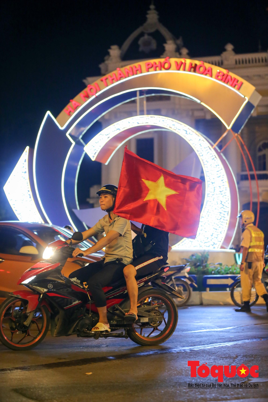 Hàng ngàn CĐV xuống đường mừng chiến thắng của đội tuyển Việt Nam7