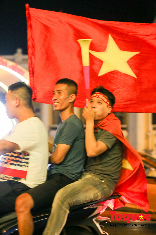 Hàng ngàn CĐV xuống đường mừng chiến thắng của đội tuyển Việt Nam8