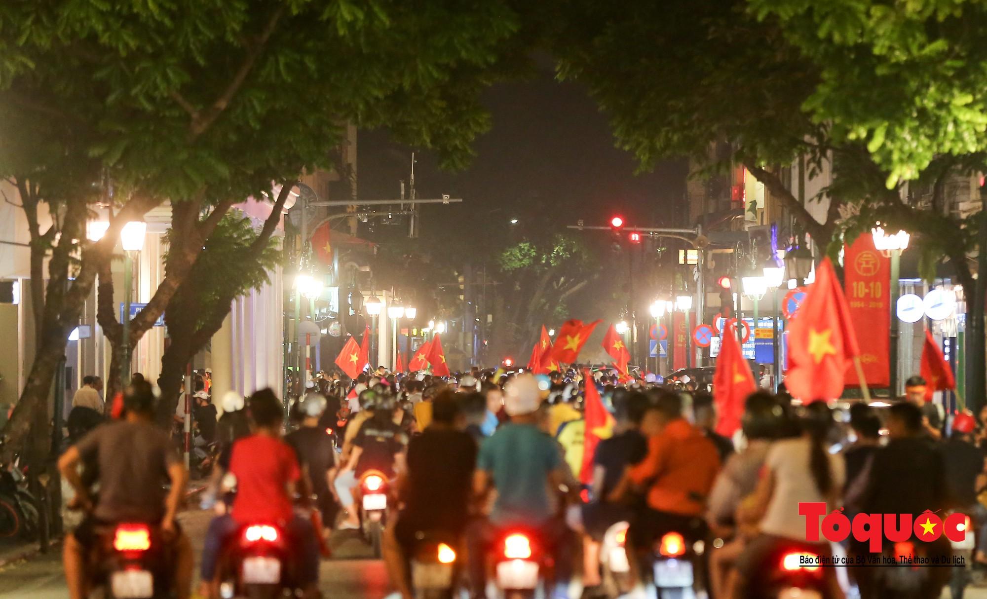 Hàng ngàn CĐV xuống đường mừng chiến thắng của đội tuyển Việt Nam9