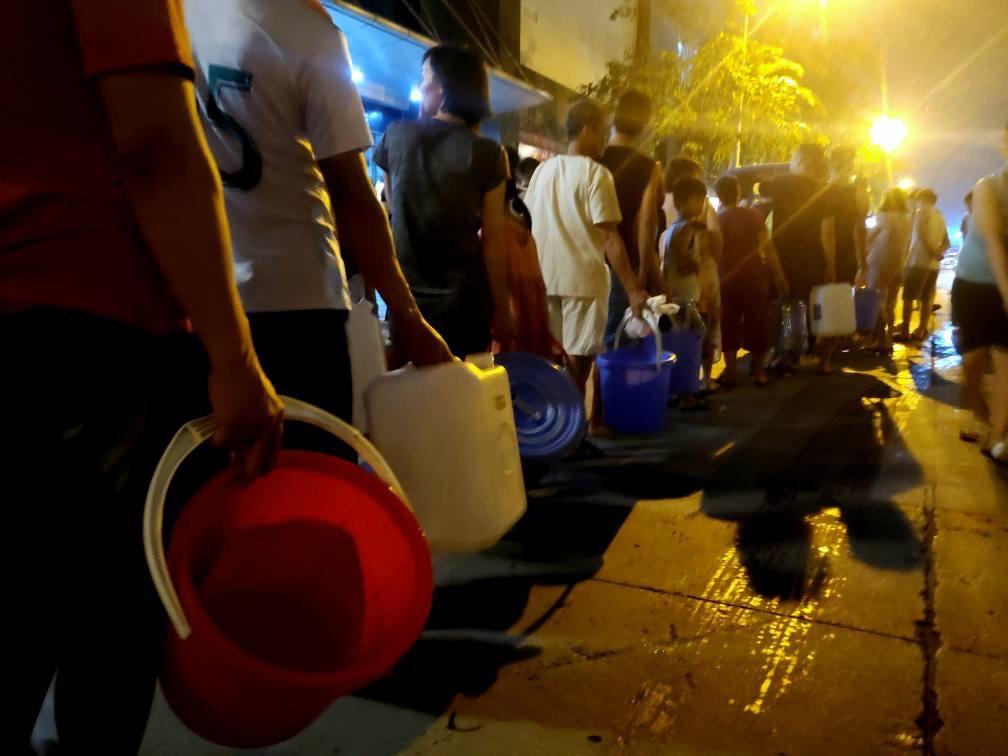 Cám cảnh giữa thủ đô người dân xếp hàng nhận nước sạch trong đêm như thời bao cấp (21)
