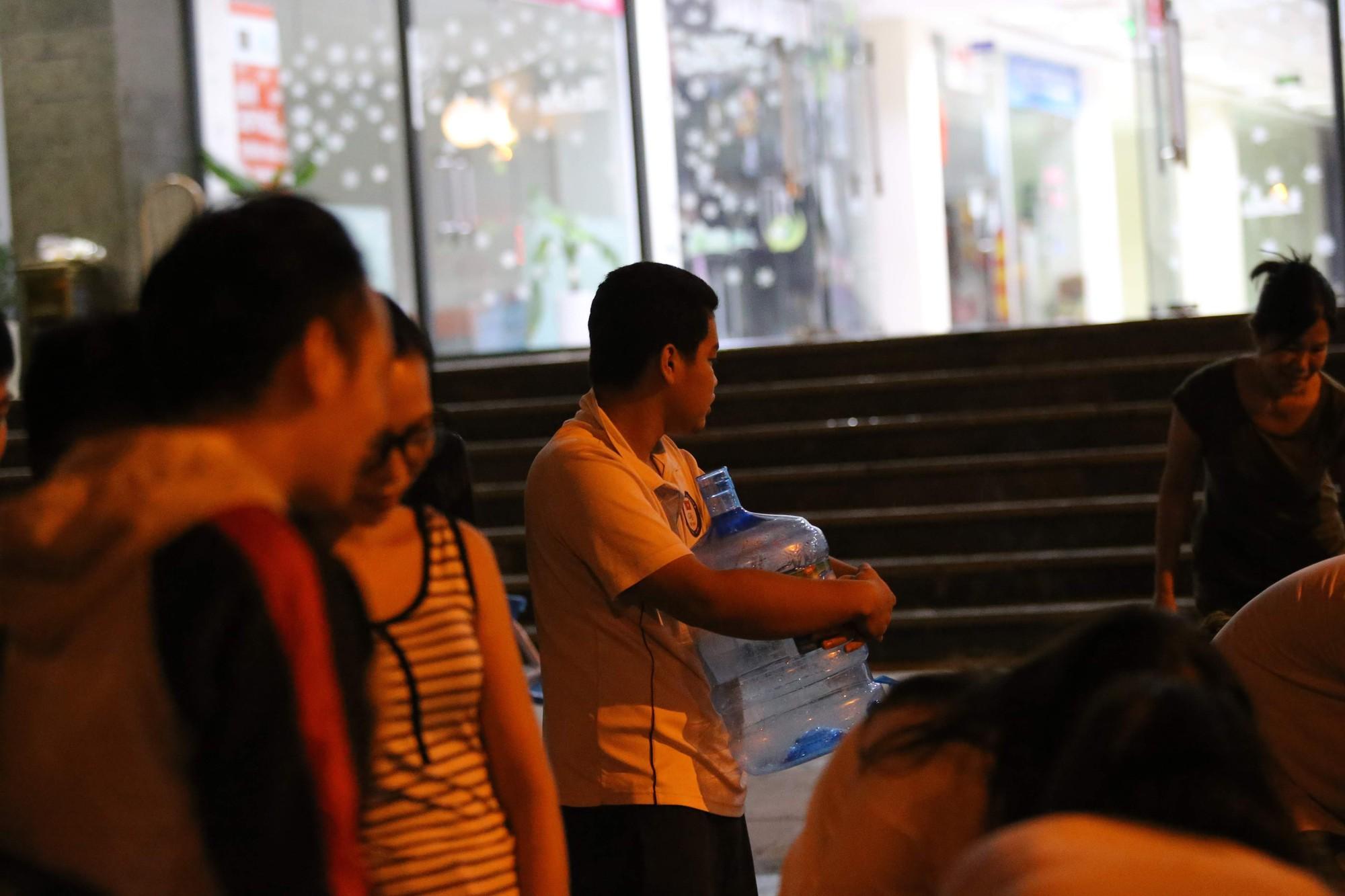Cám cảnh giữa thủ đô người dân xếp hàng nhận nước sạch trong đêm như thời bao cấp (3)