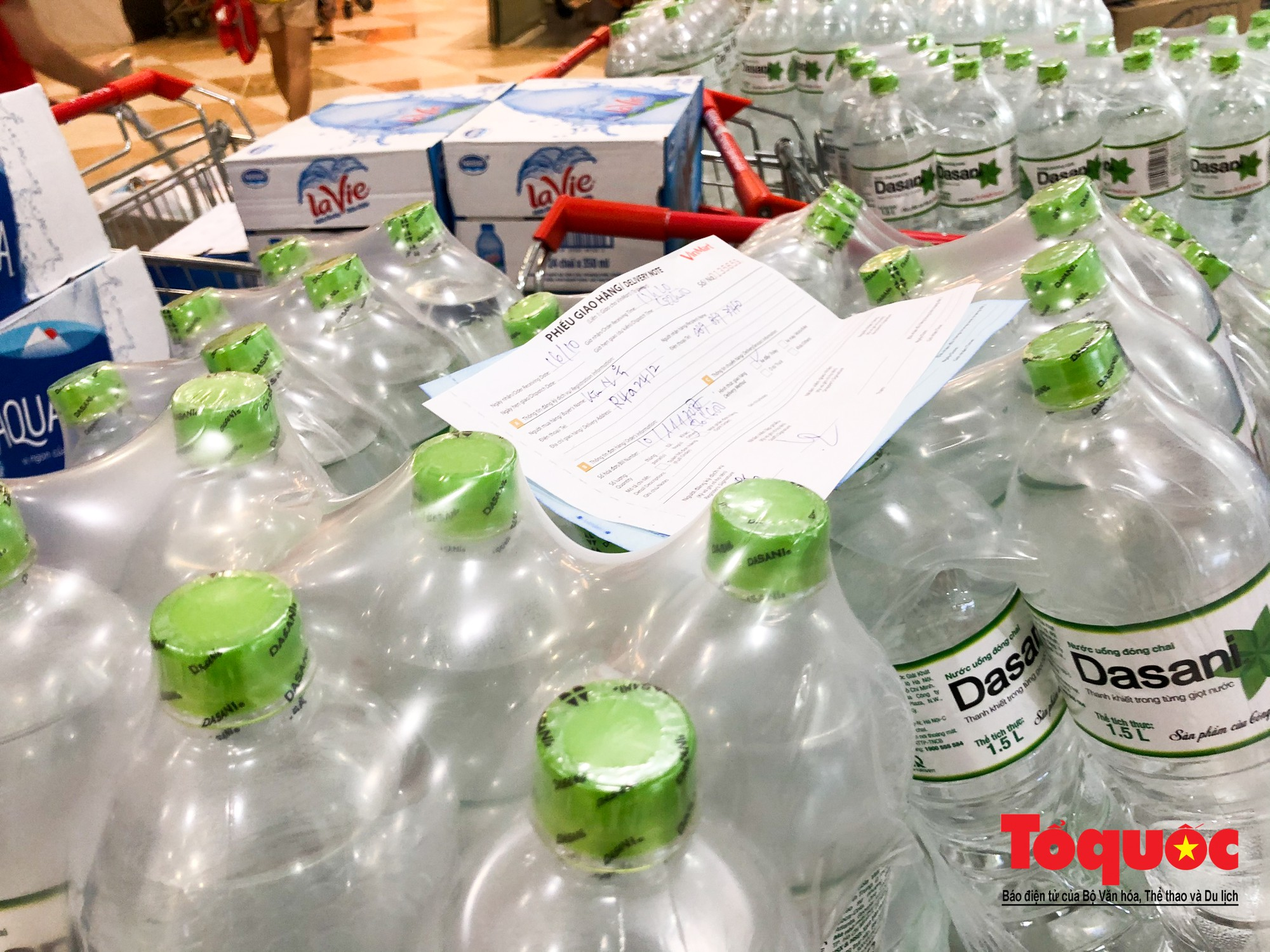 Sợ nước bẩn, người dân đổ xô đến các siêu thi mua nước đóng chai10