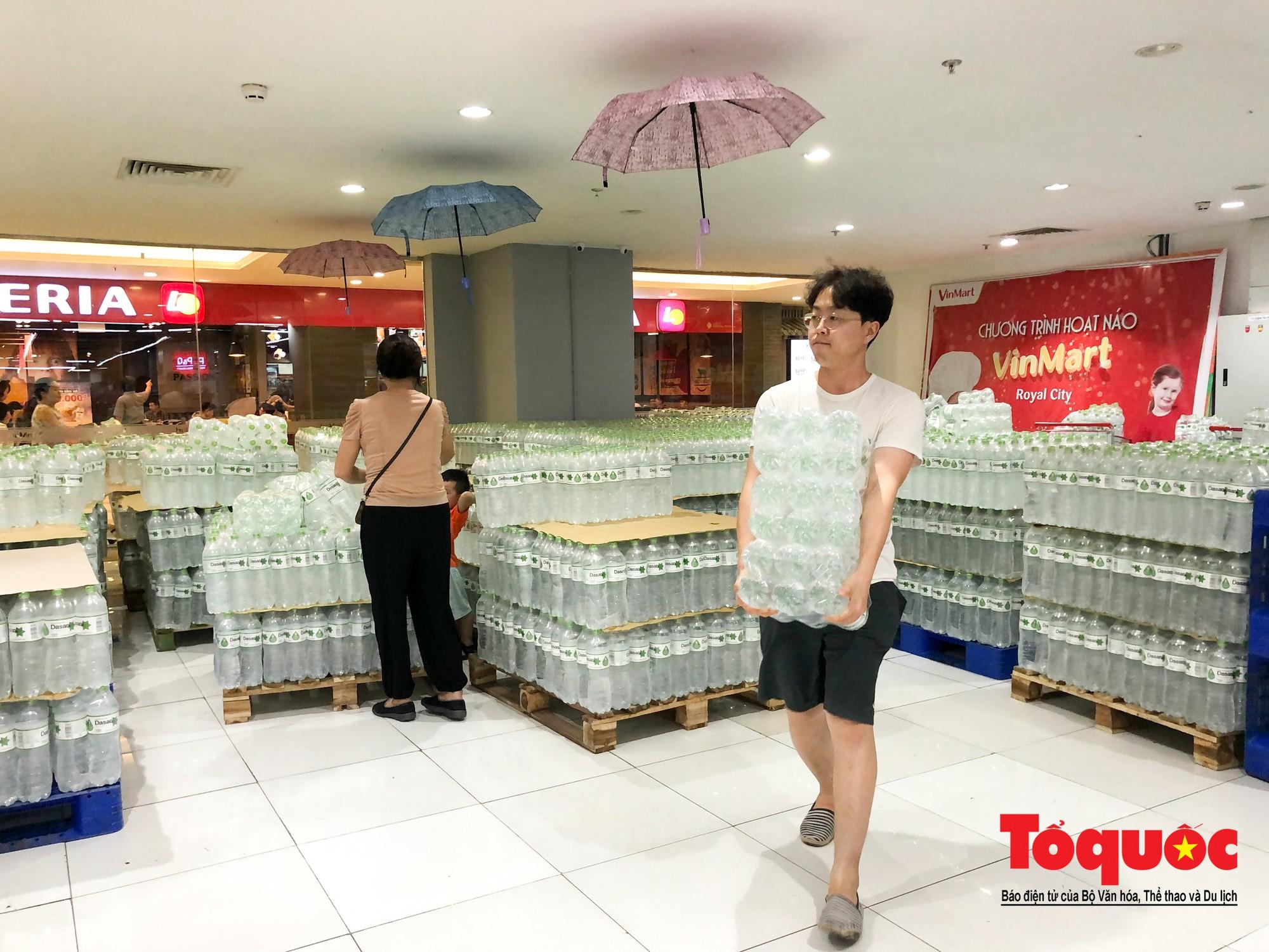 Sợ nước bẩn, người dân đổ xô đến các siêu thi mua nước đóng chai11