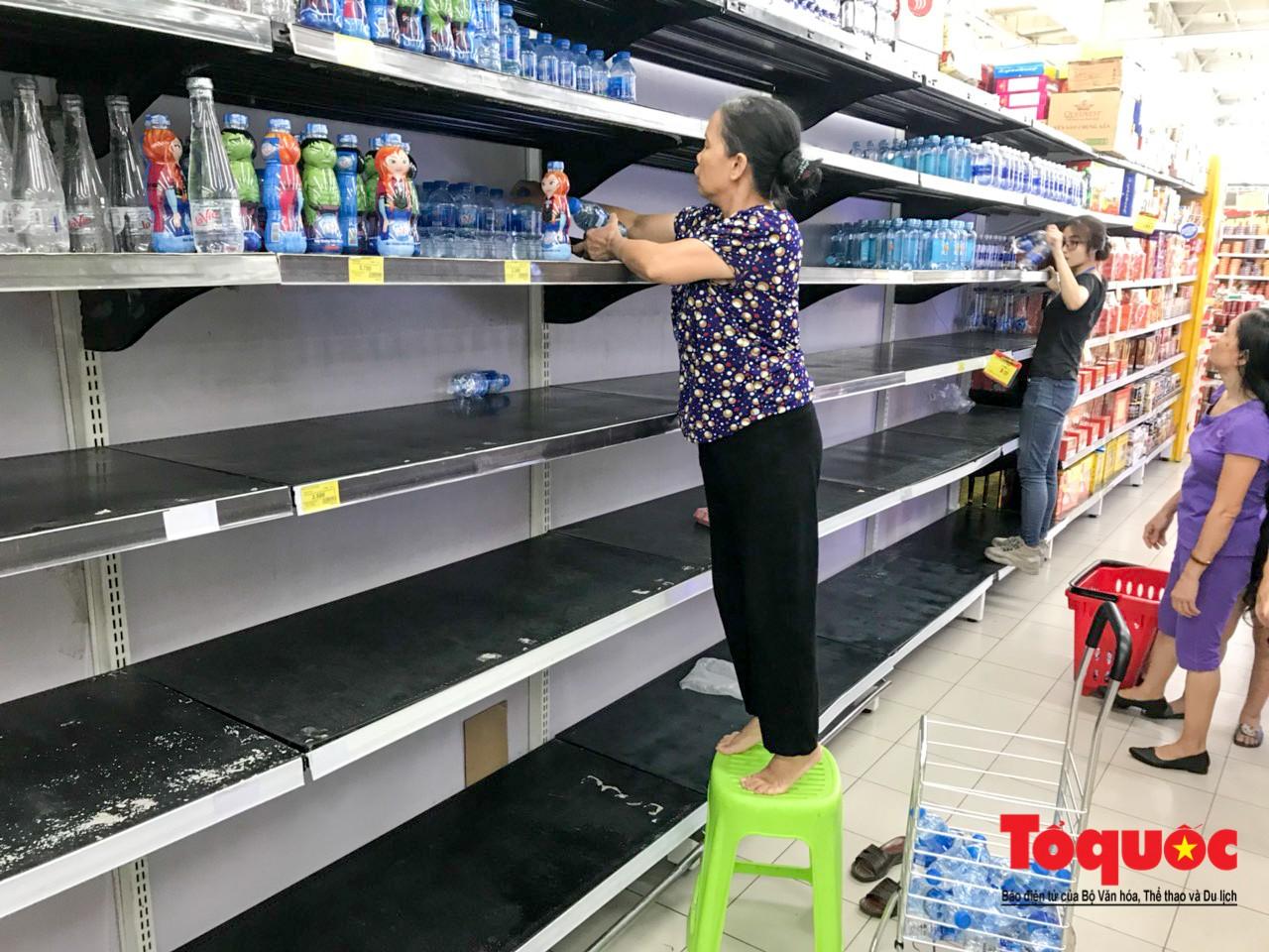 Sợ nước bẩn, người dân đổ xô đến các siêu thi mua nước đóng chai12