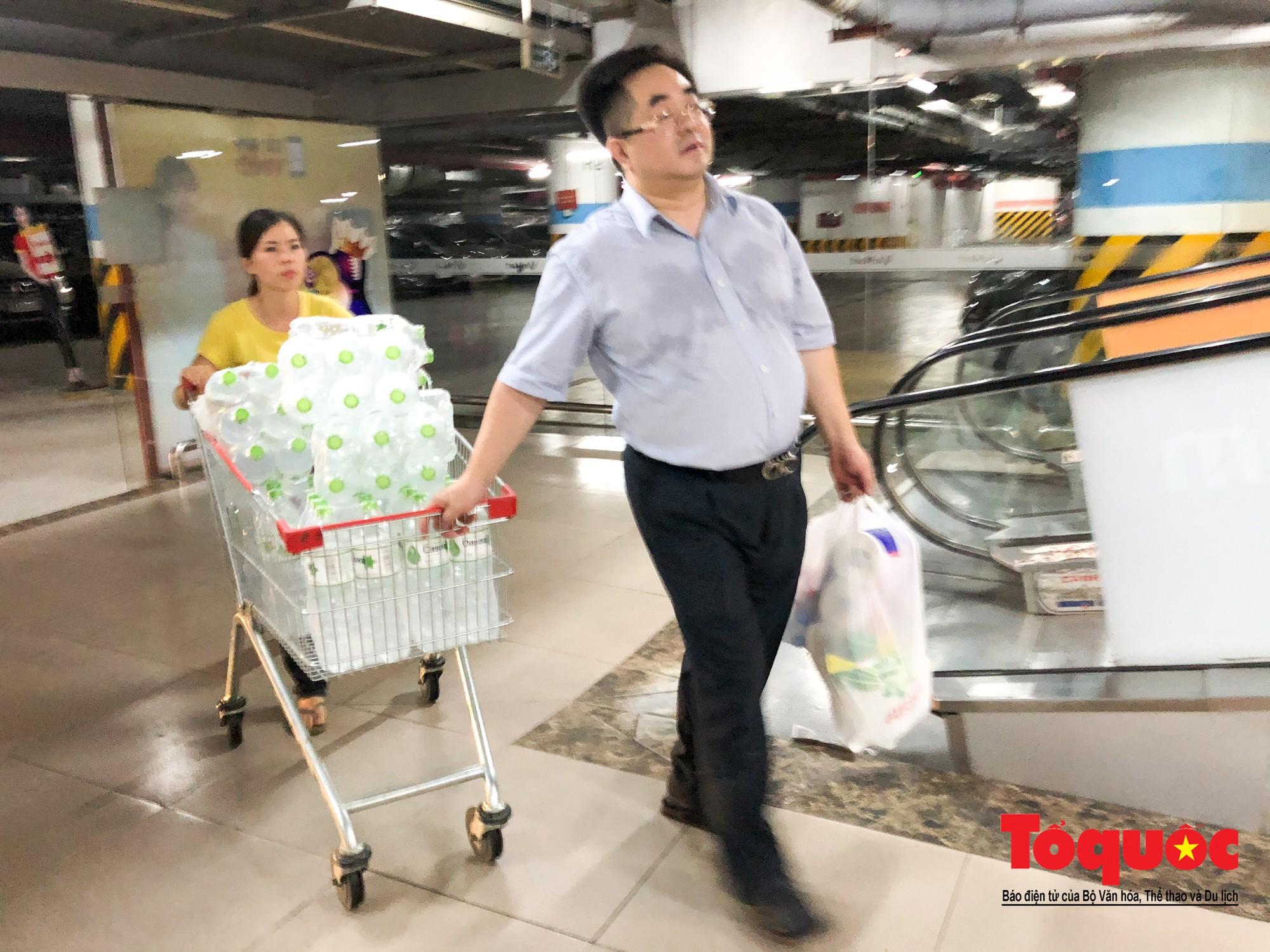 Sợ nước bẩn, người dân đổ xô đến các siêu thi mua nước đóng chai16