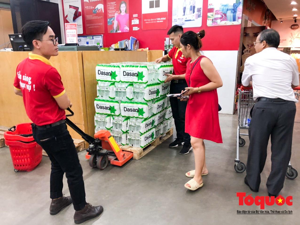 Sợ nước bẩn, người dân đổ xô đến các siêu thi mua nước đóng chai2