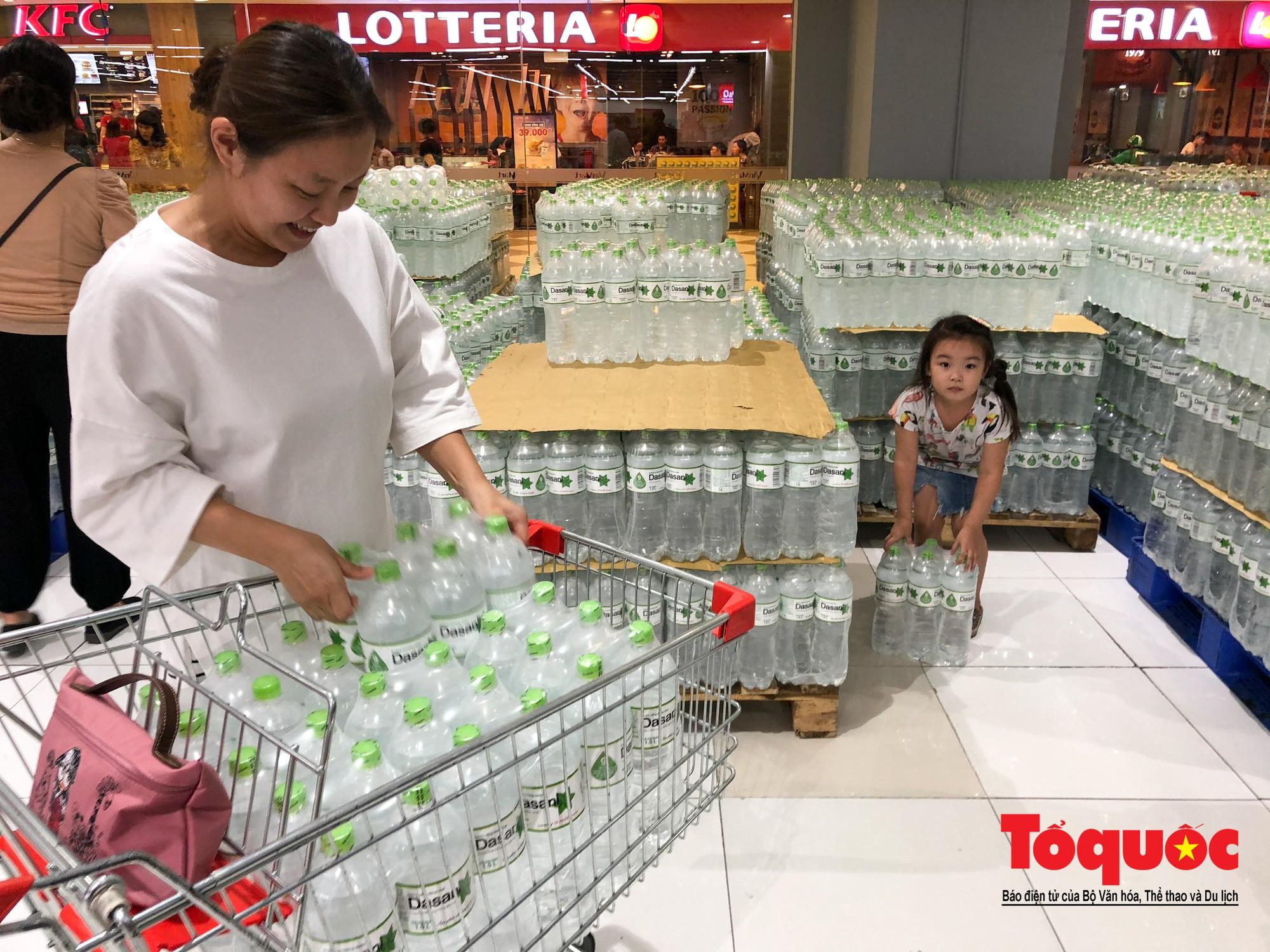 Sợ nước bẩn, người dân đổ xô đến các siêu thi mua nước đóng chai21