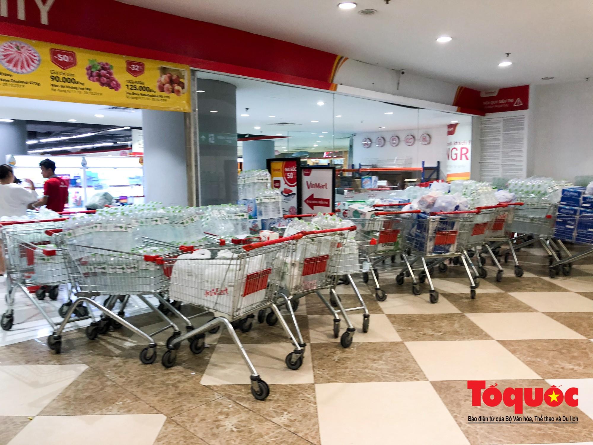 Sợ nước bẩn, người dân đổ xô đến các siêu thi mua nước đóng chai22