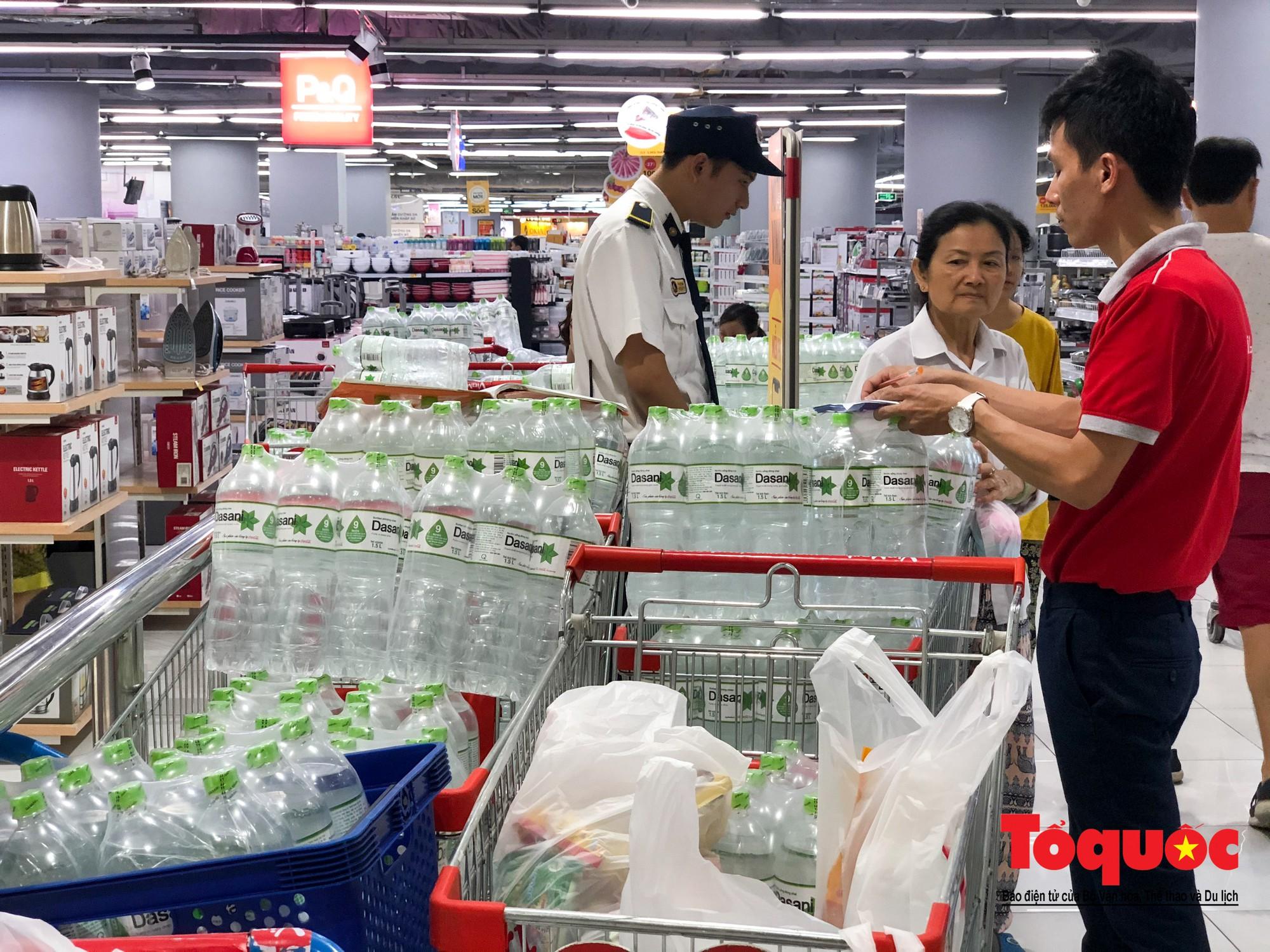 Sợ nước bẩn, người dân đổ xô đến các siêu thi mua nước đóng chai23