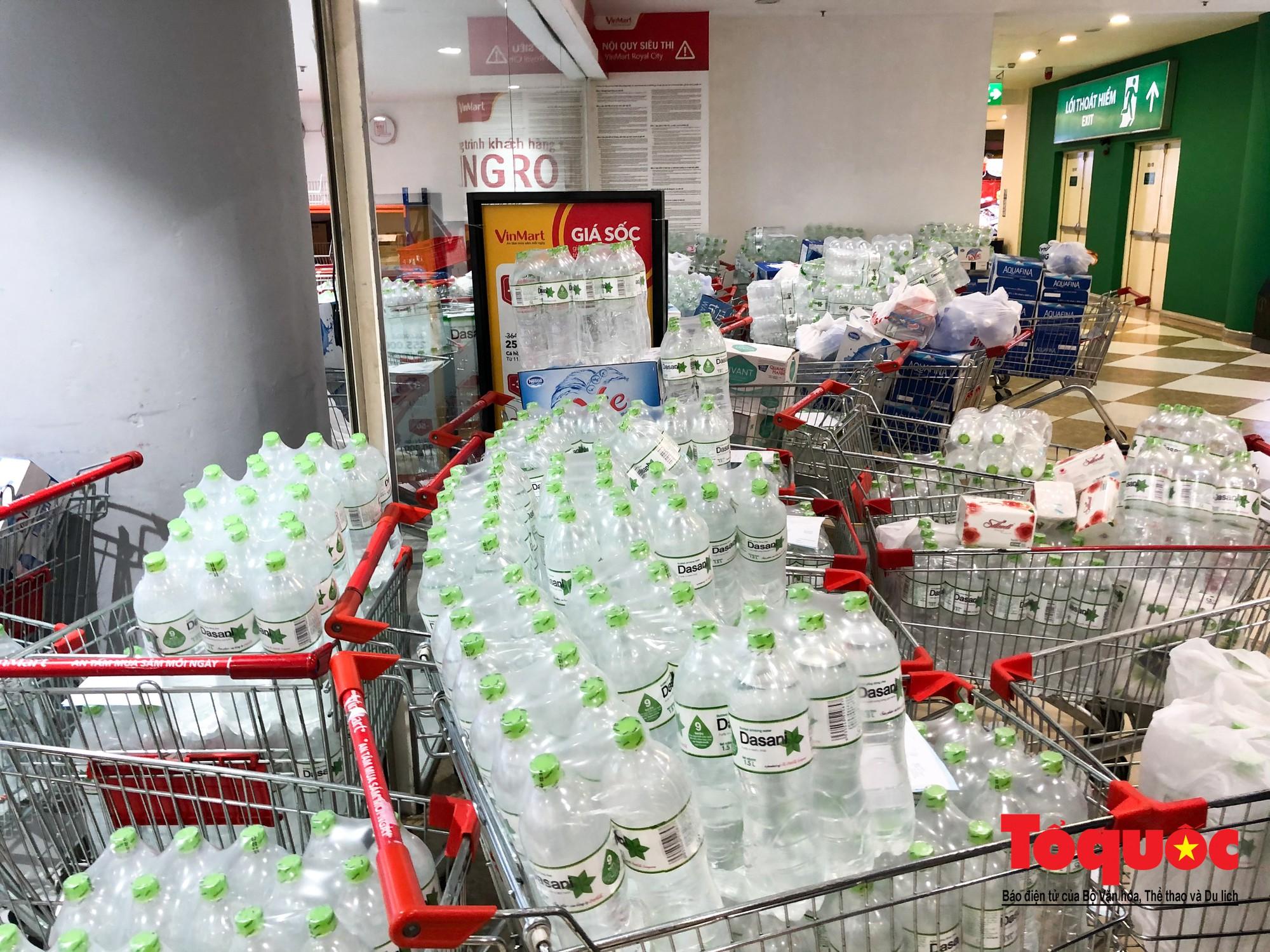 Sợ nước bẩn, người dân đổ xô đến các siêu thi mua nước đóng chai24
