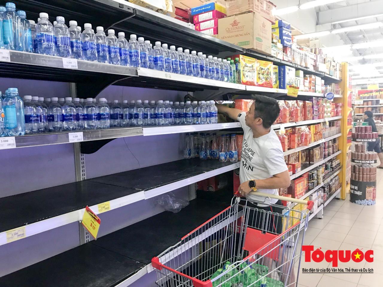 Sợ nước bẩn, người dân đổ xô đến các siêu thi mua nước đóng chai25