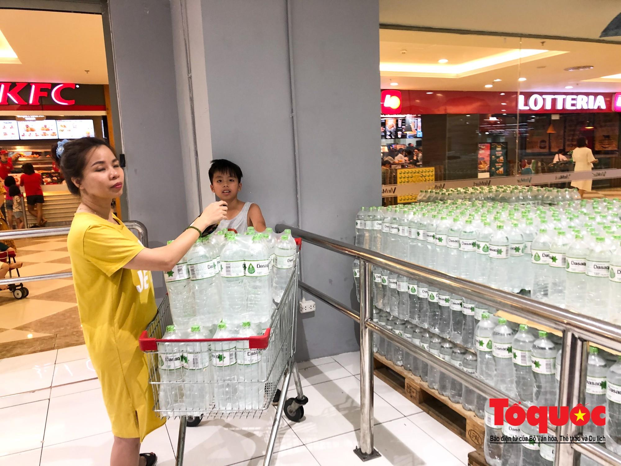 Sợ nước bẩn, người dân đổ xô đến các siêu thi mua nước đóng chai27