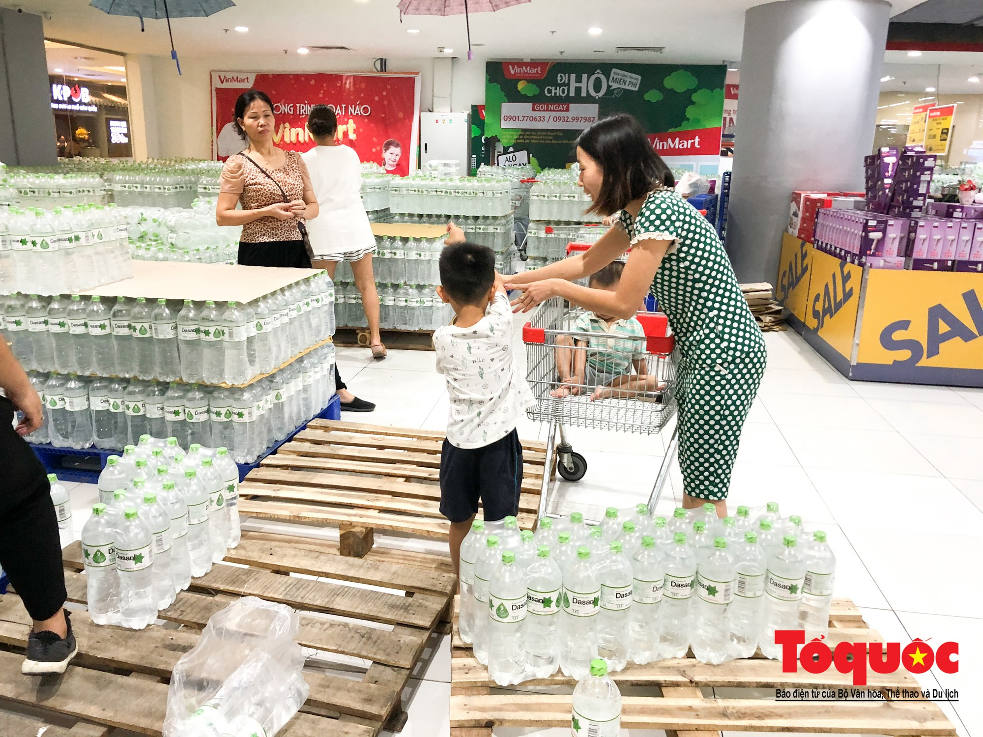 Sợ nước bẩn, người dân đổ xô đến các siêu thi mua nước đóng chai3