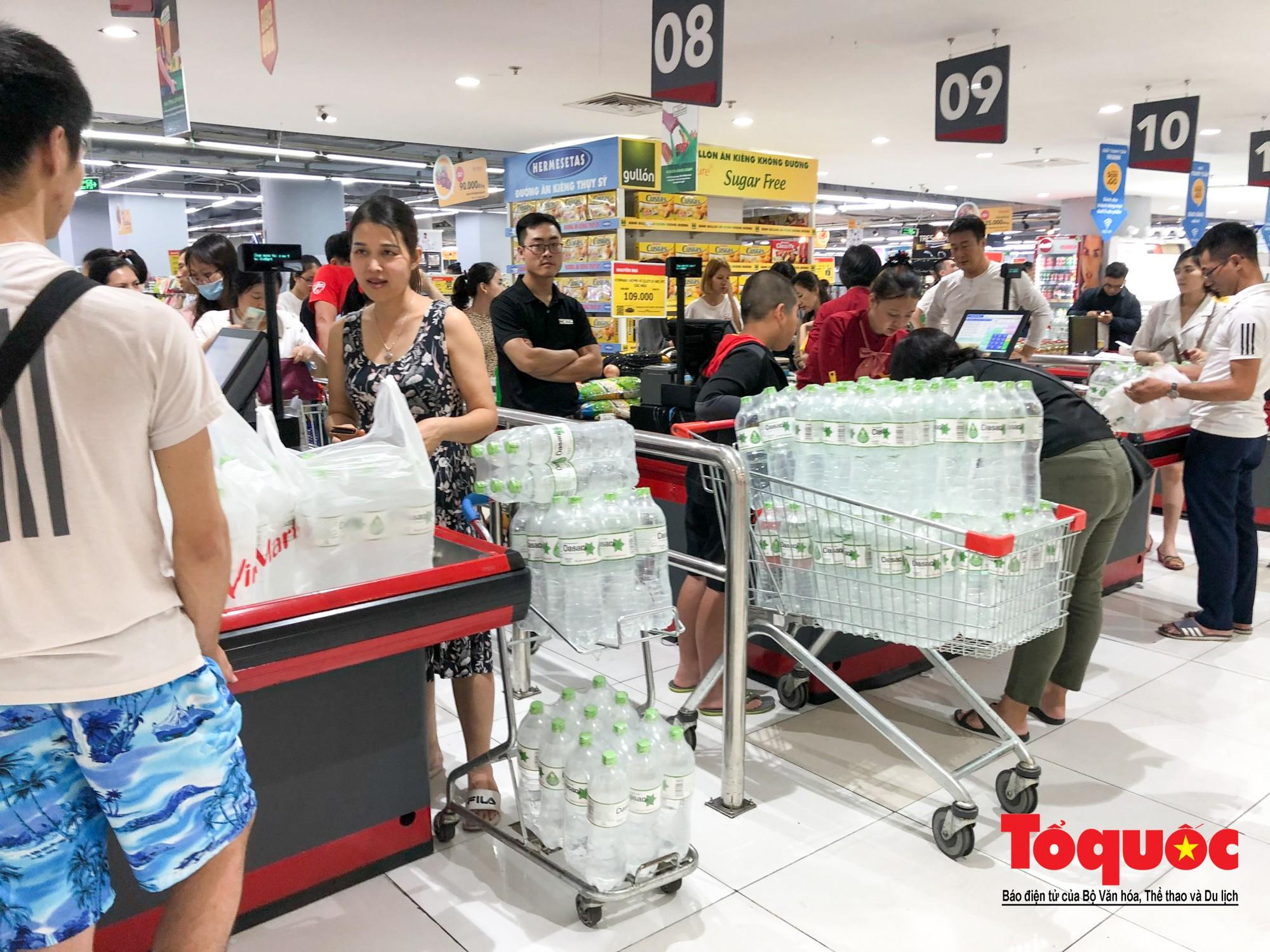 Sợ nước bẩn, người dân đổ xô đến các siêu thi mua nước đóng chai8