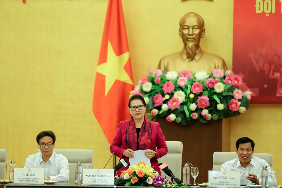 Chủ tịch Quốc hội tặng Iphone 11 cho đội tuyển bóng đá nữ Việt Nam