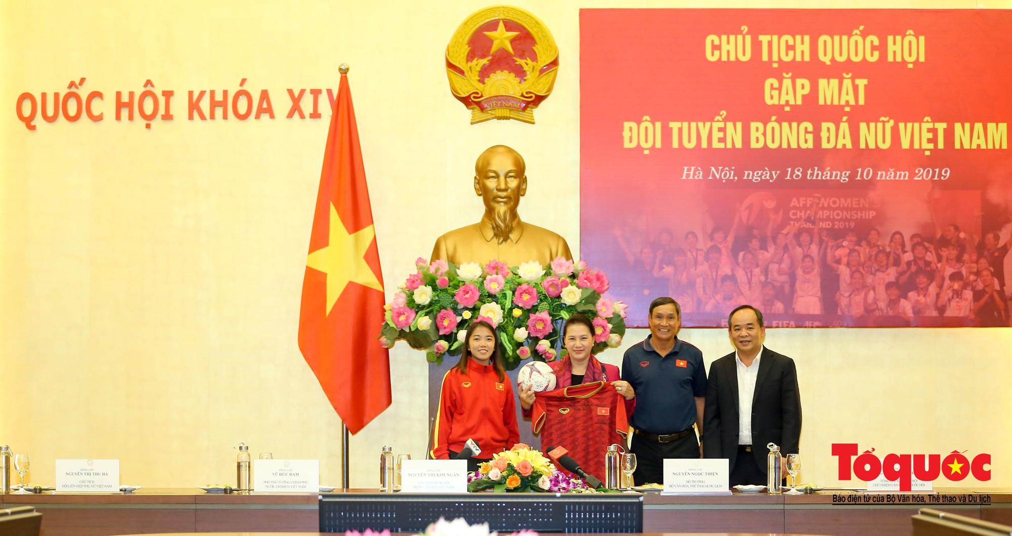 Chủ tịch Quốc hội Nguyễn Thị Kim Ngân: Bóng đá nam nhìn thành tích bóng đá nữ còn phải mơ ước dài15