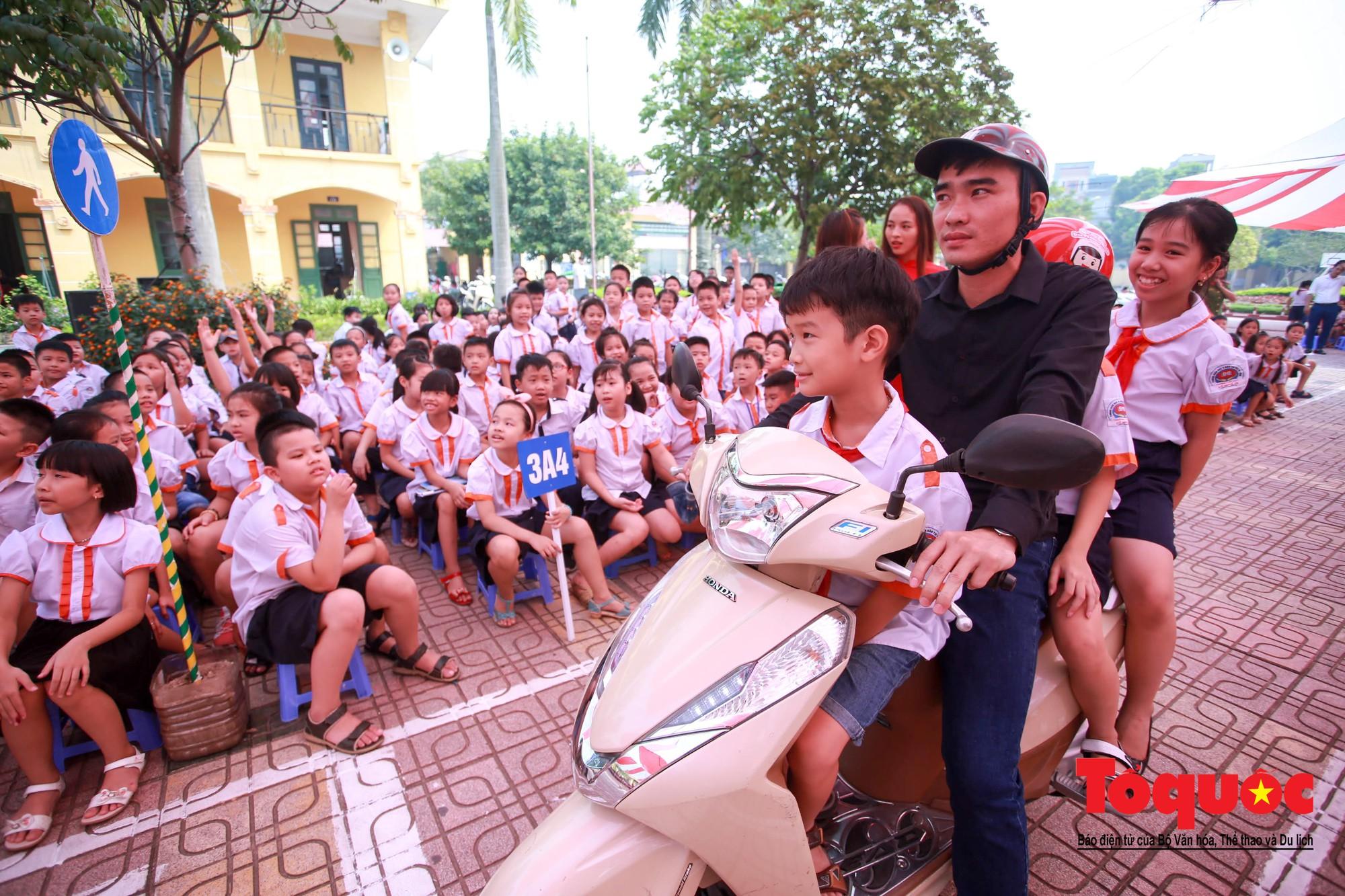 Học sinh Hà Nội thích thú khi được thực hành kiến thức an toàn giao thông10