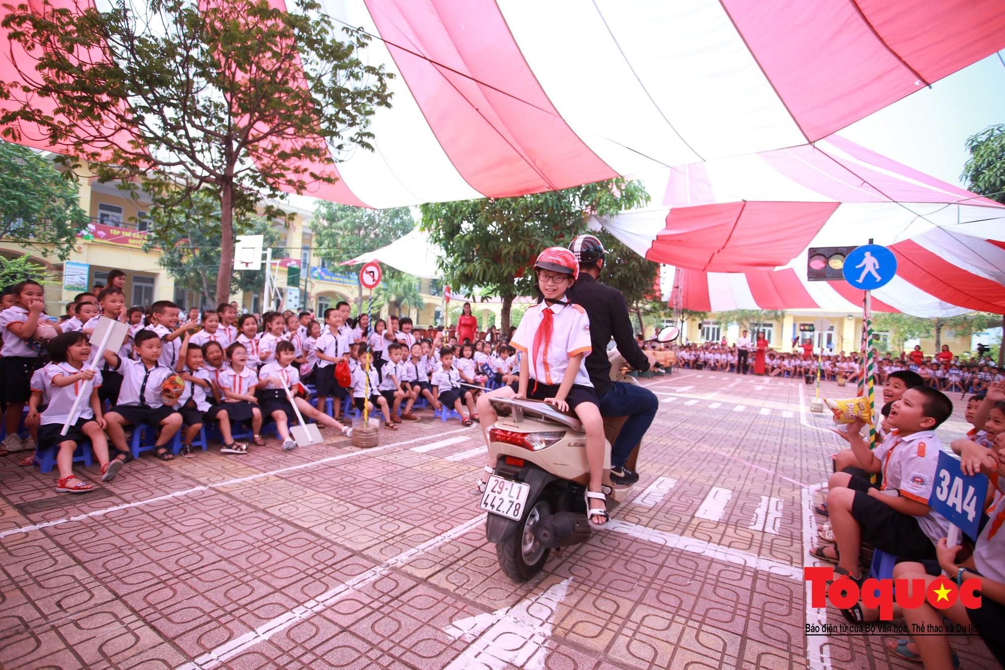 Học sinh Hà Nội thích thú khi được thực hành kiến thức an toàn giao thông11