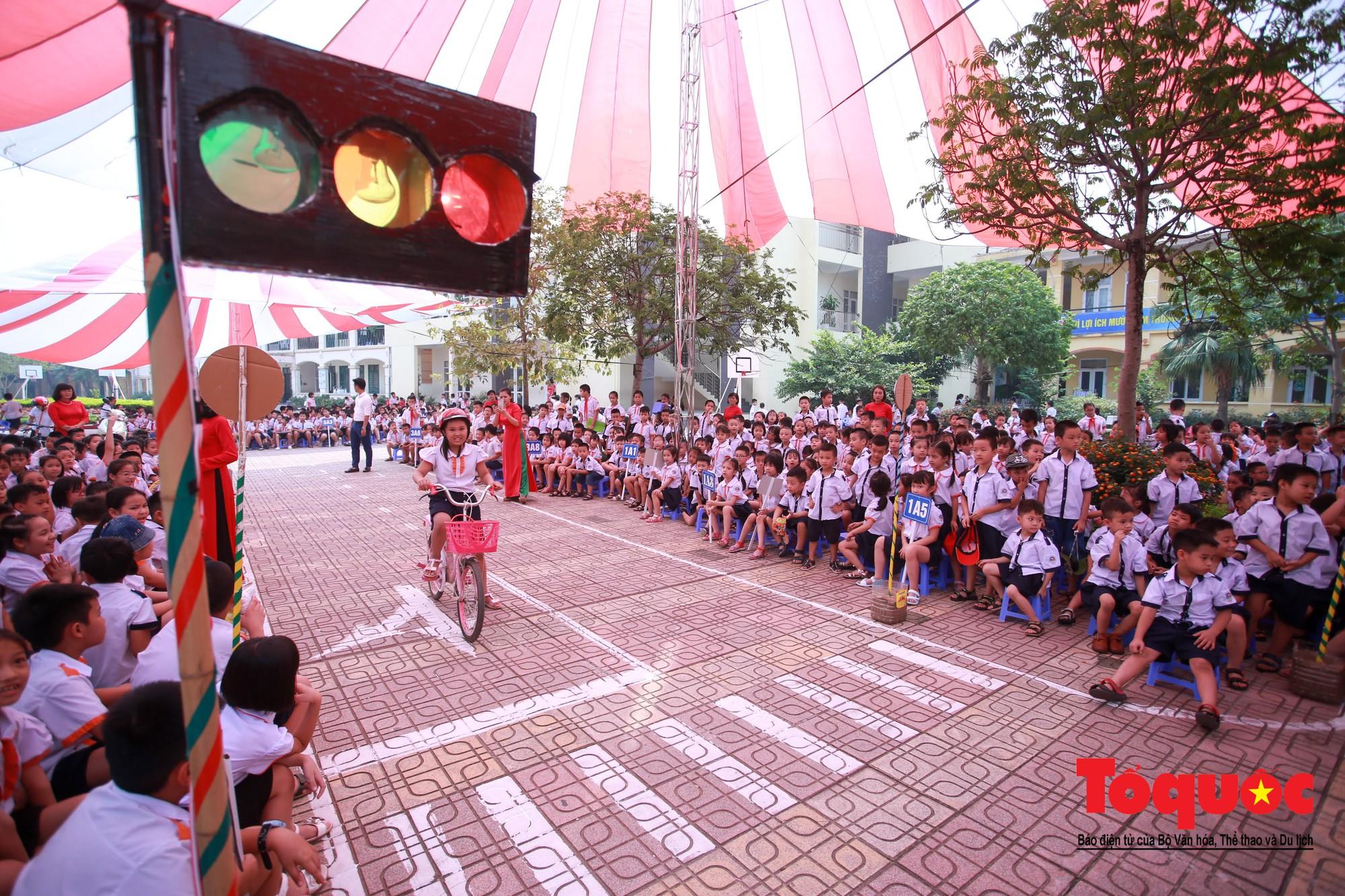 Học sinh Hà Nội thích thú khi được thực hành kiến thức an toàn giao thông12