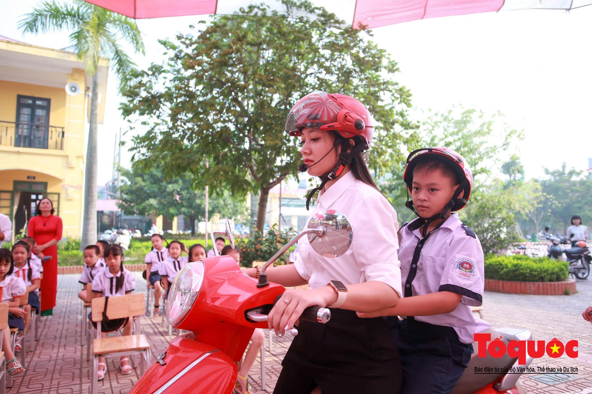 Học sinh Hà Nội thích thú khi được thực hành kiến thức an toàn giao thông2
