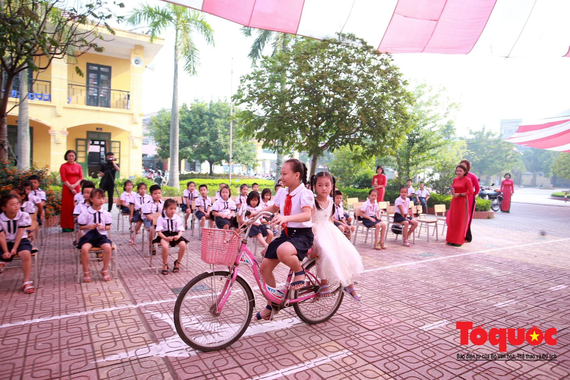 Học sinh Hà Nội thích thú khi được thực hành kiến thức an toàn giao thông3