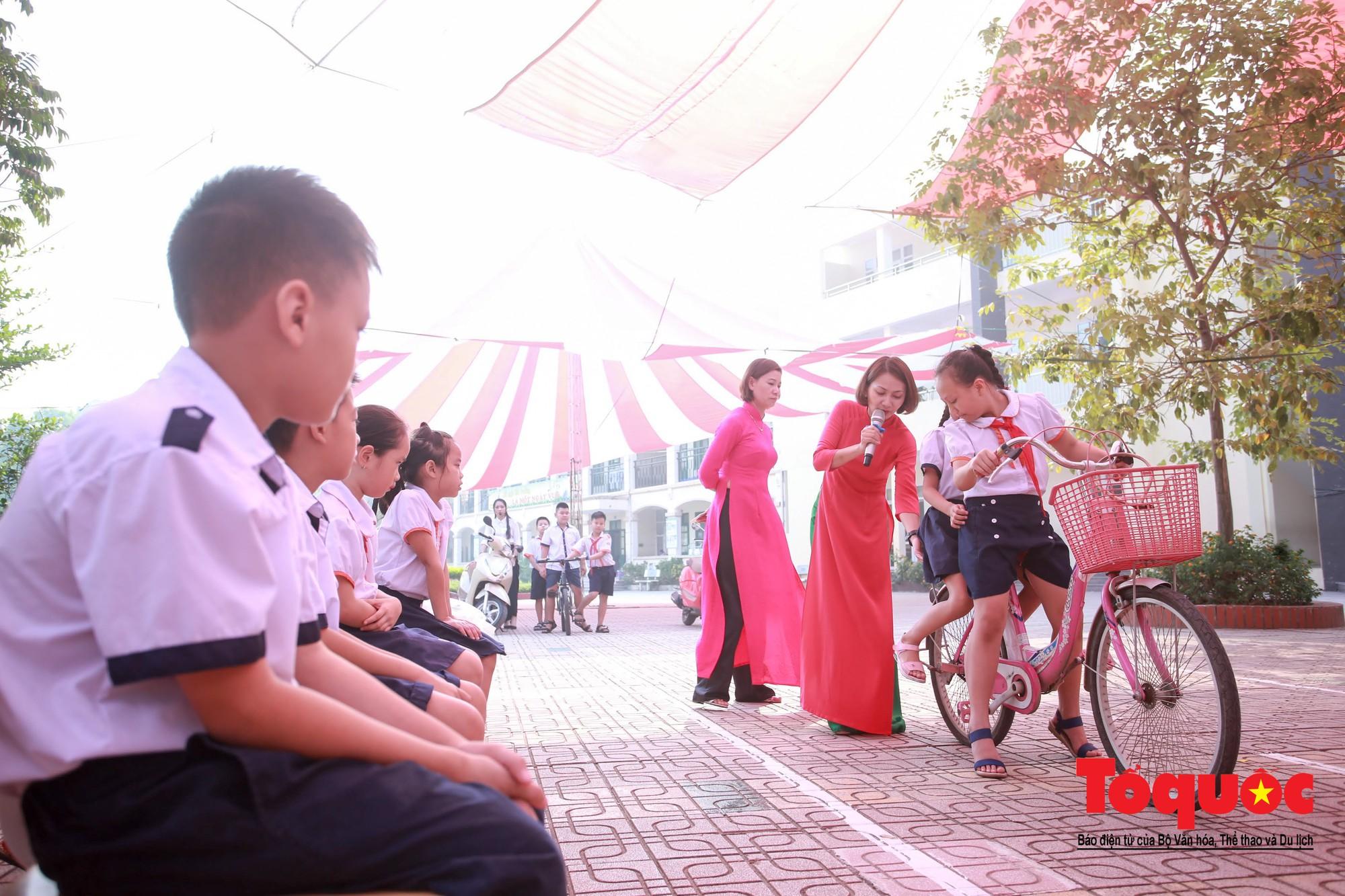 Học sinh Hà Nội thích thú khi được thực hành kiến thức an toàn giao thông4