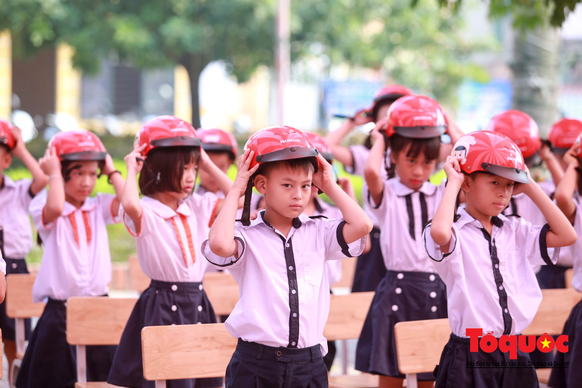 Học sinh Hà Nội thích thú khi được thực hành kiến thức an toàn giao thông5
