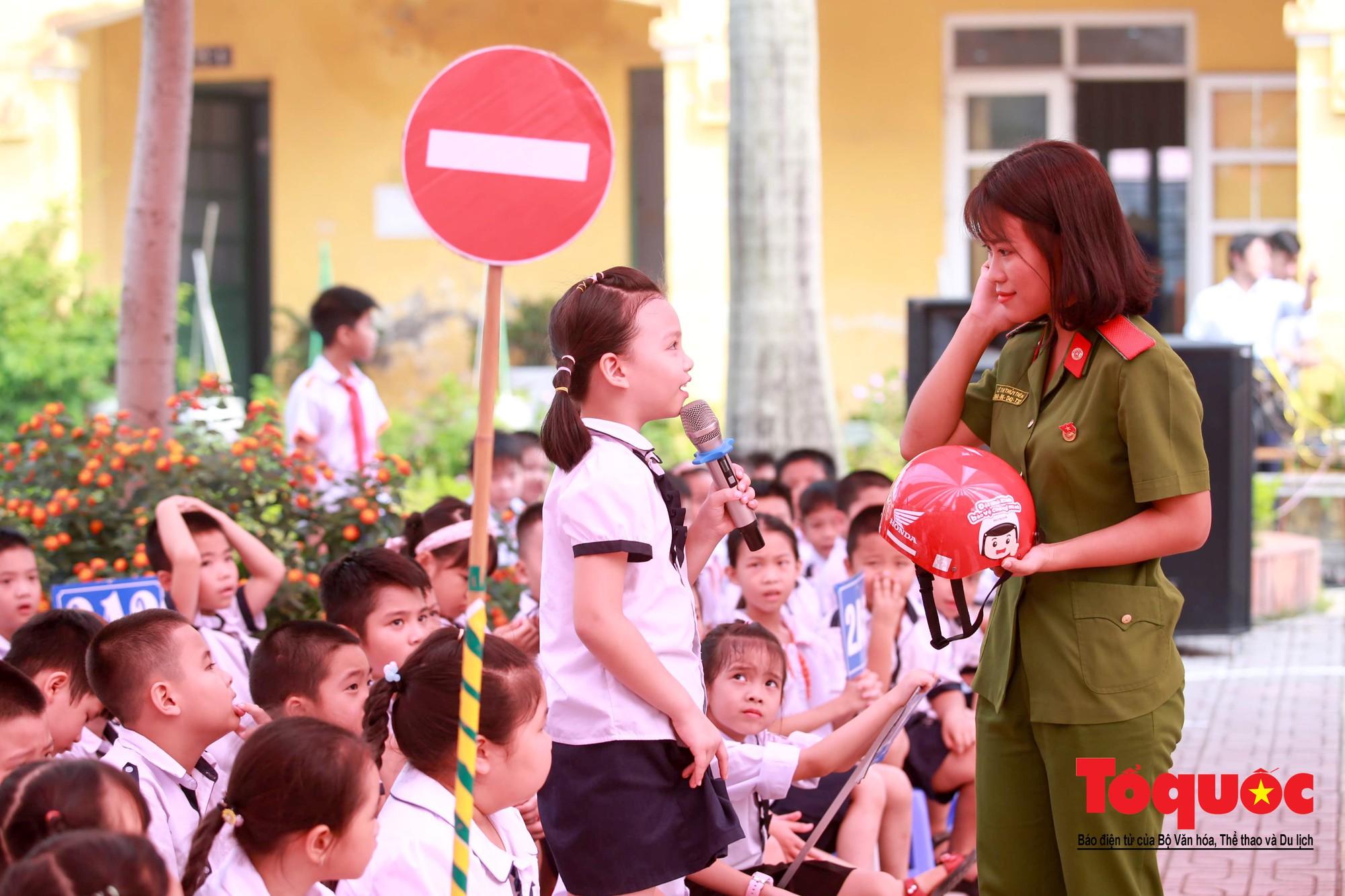 Học sinh Hà Nội thích thú khi được thực hành kiến thức an toàn giao thông6
