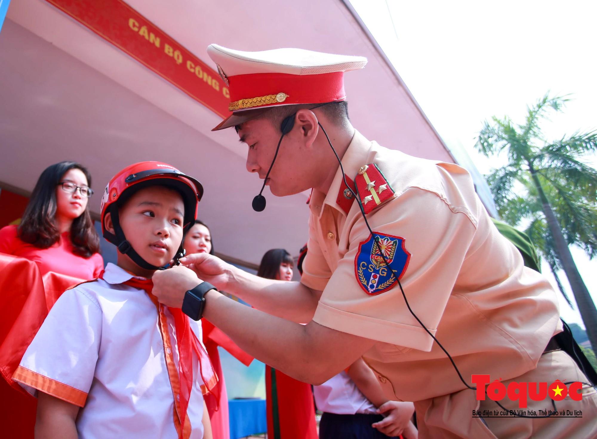 Học sinh Hà Nội thích thú khi được thực hành kiến thức an toàn giao thông7
