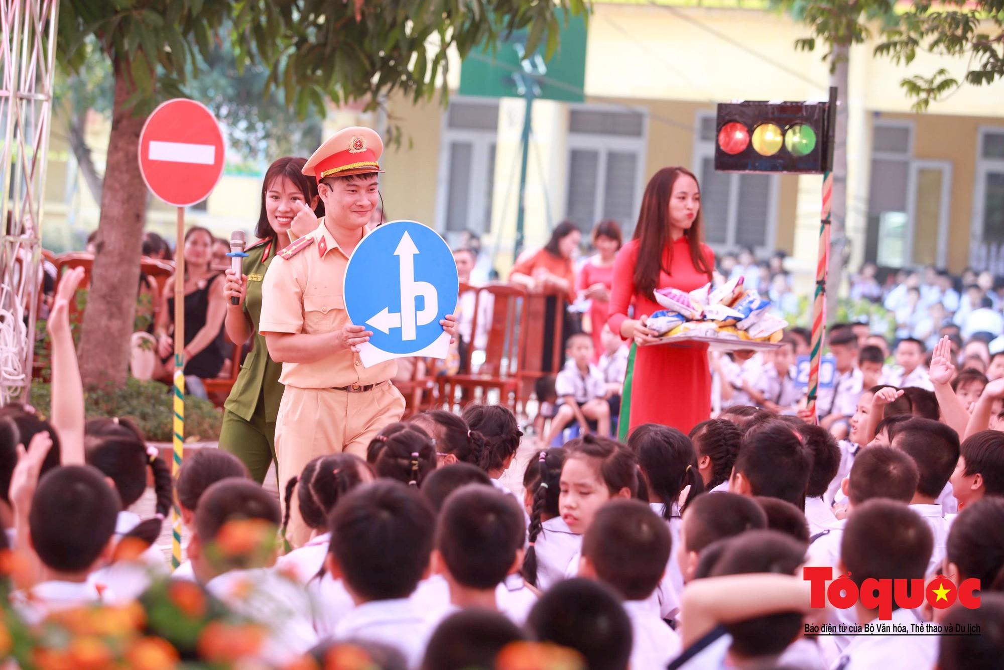 Học sinh Hà Nội thích thú khi được thực hành kiến thức an toàn giao thông8