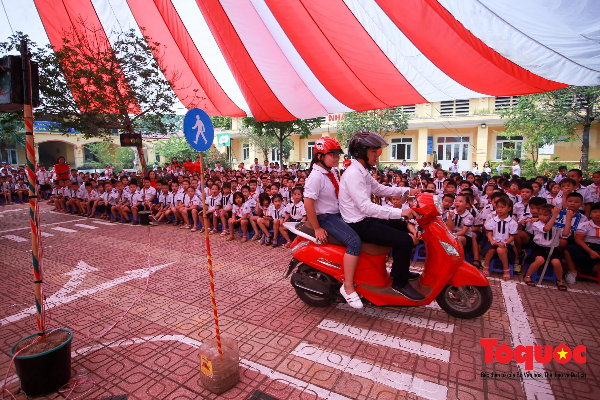 Học sinh Hà Nội thích thú khi được thực hành kiến thức an toàn giao thông9