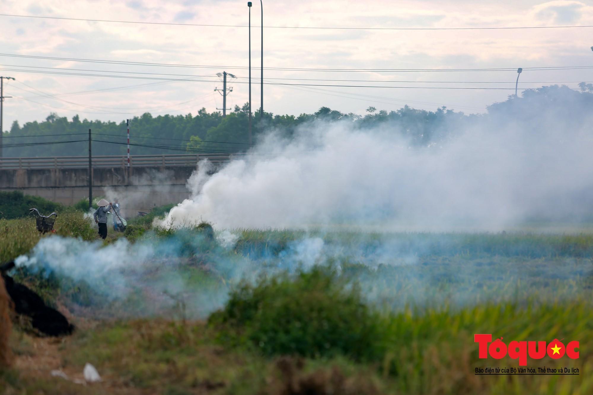 Nông dân ngoại thành vô tình khiến nội thành Hà Nội có một lớp sương mờ11