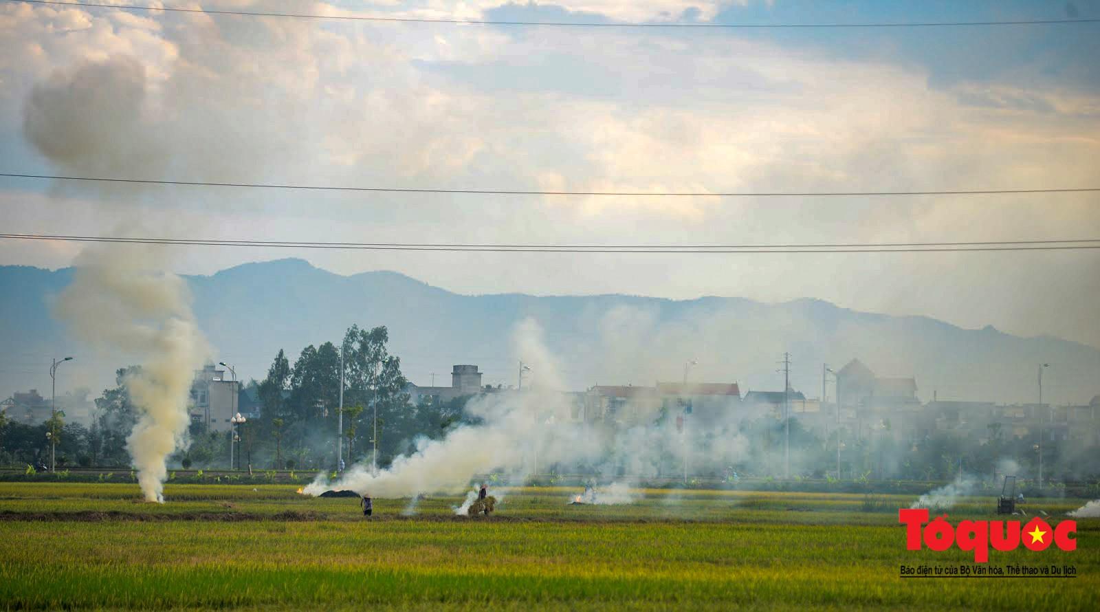 Nông dân ngoại thành vô tình khiến nội thành Hà Nội có một lớp sương mờ4