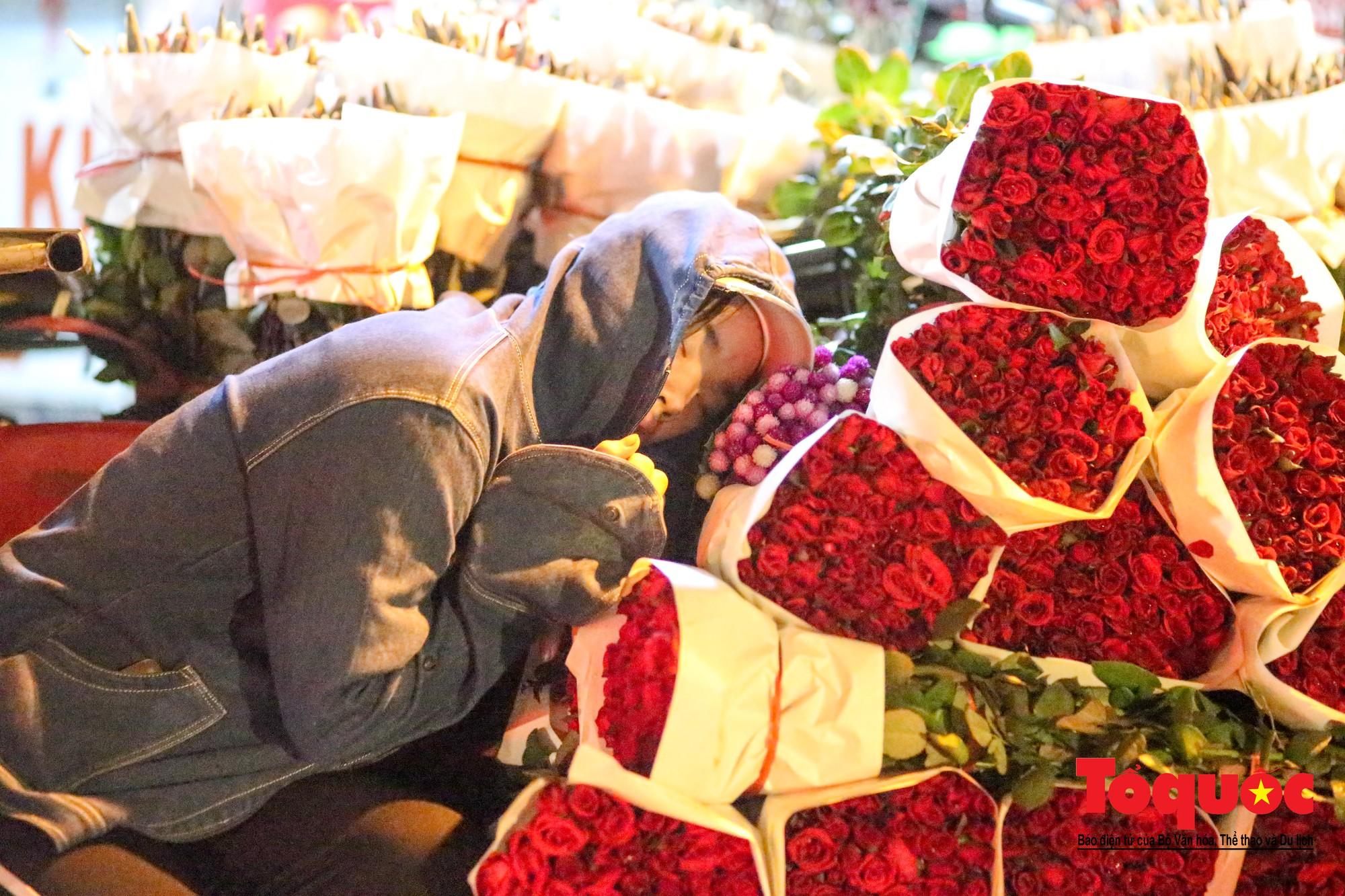 Nhộn nhịp chợ hoa lớn nhất Hà Nội dịp 20:1014