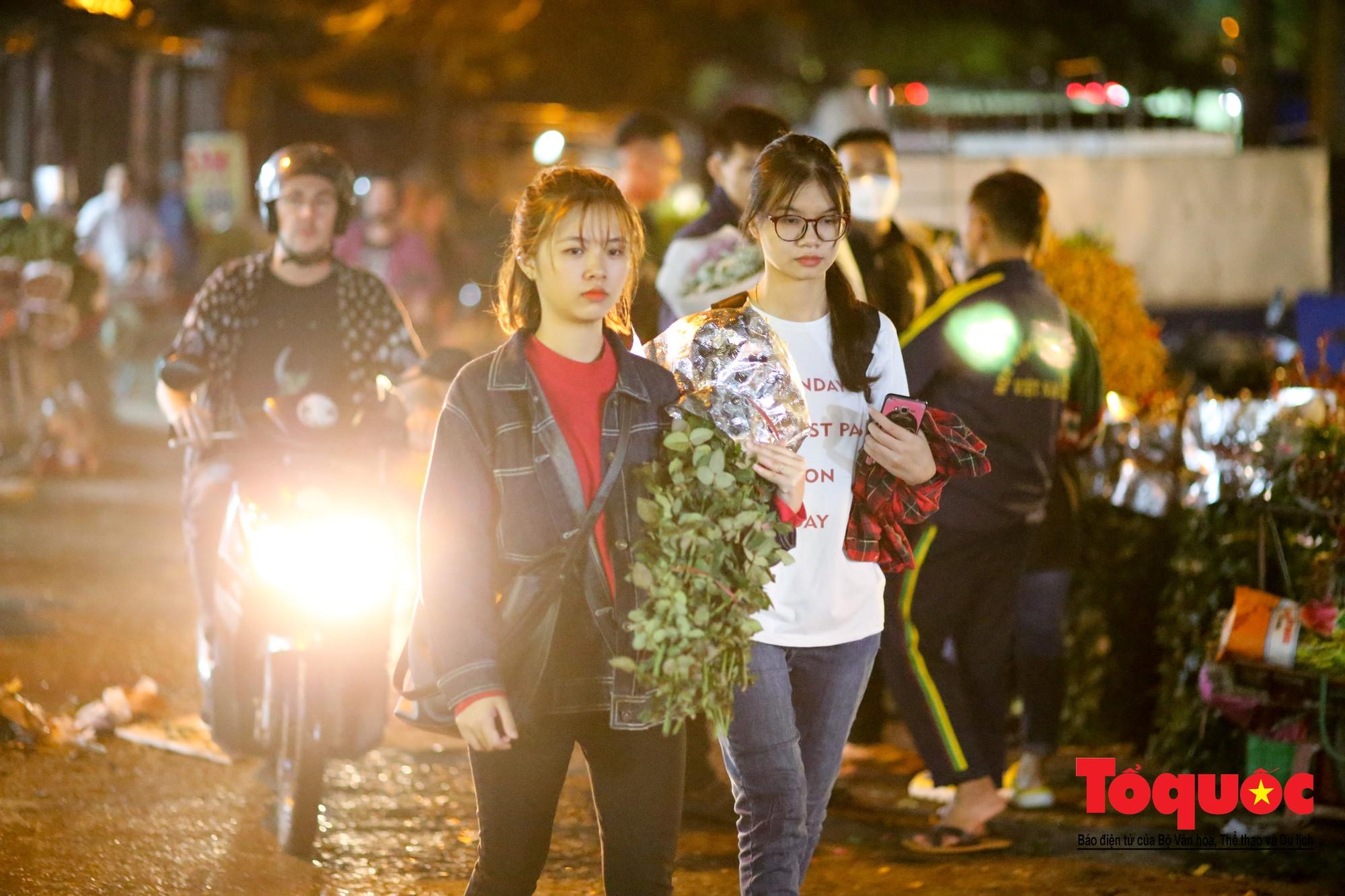 Nhộn nhịp chợ hoa lớn nhất Hà Nội dịp 20:1015