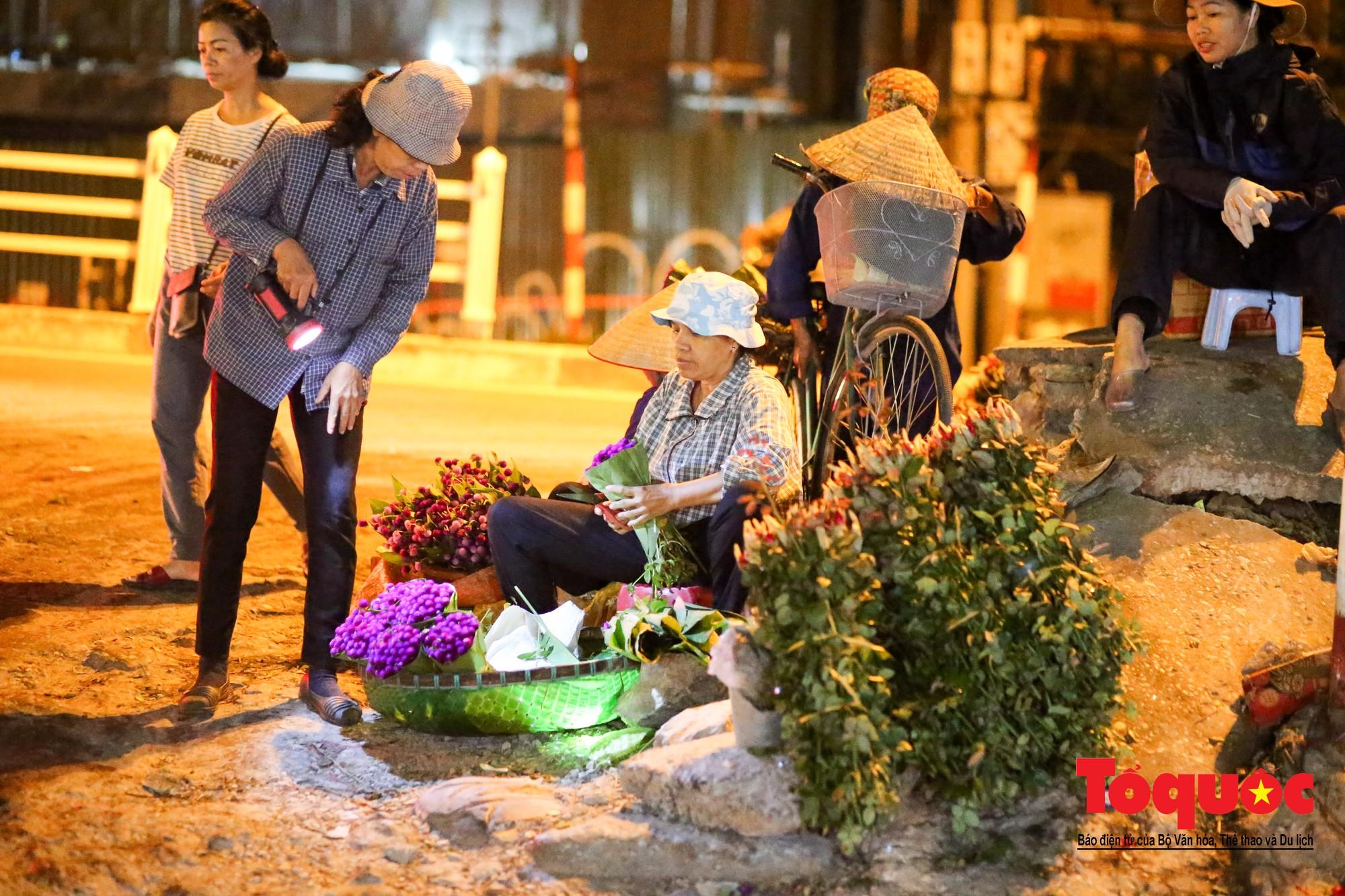 Nhộn nhịp chợ hoa lớn nhất Hà Nội dịp 20:1016
